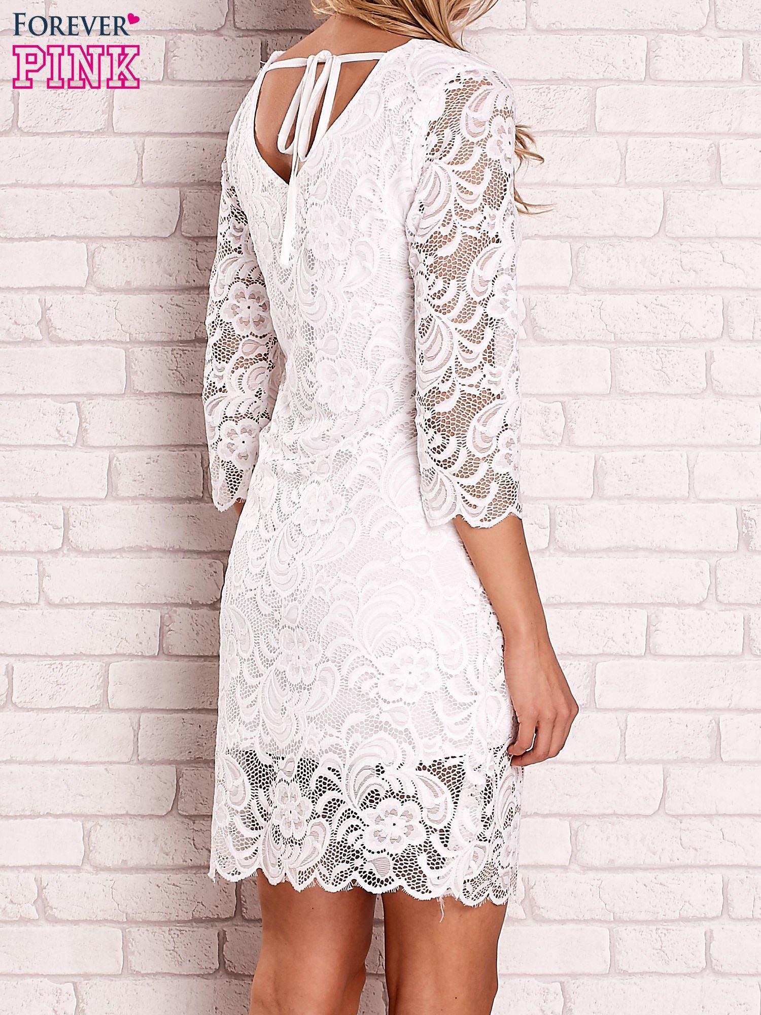 Biała koronkowa sukienka z wiązaniem na plecach                                  zdj.                                  4