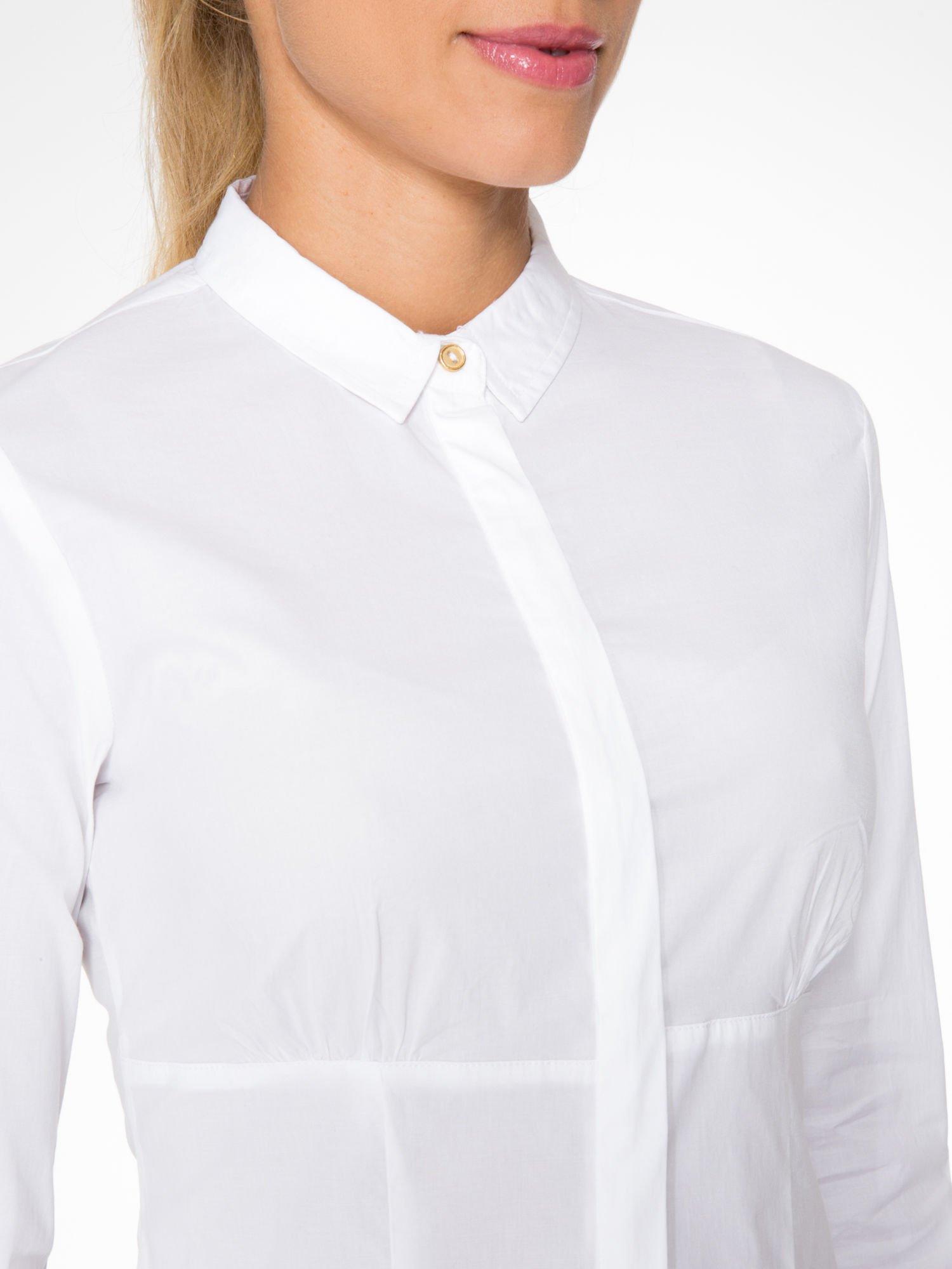 Biała koszula damska odcinana pod biustem z marszczeniem                                  zdj.                                  5