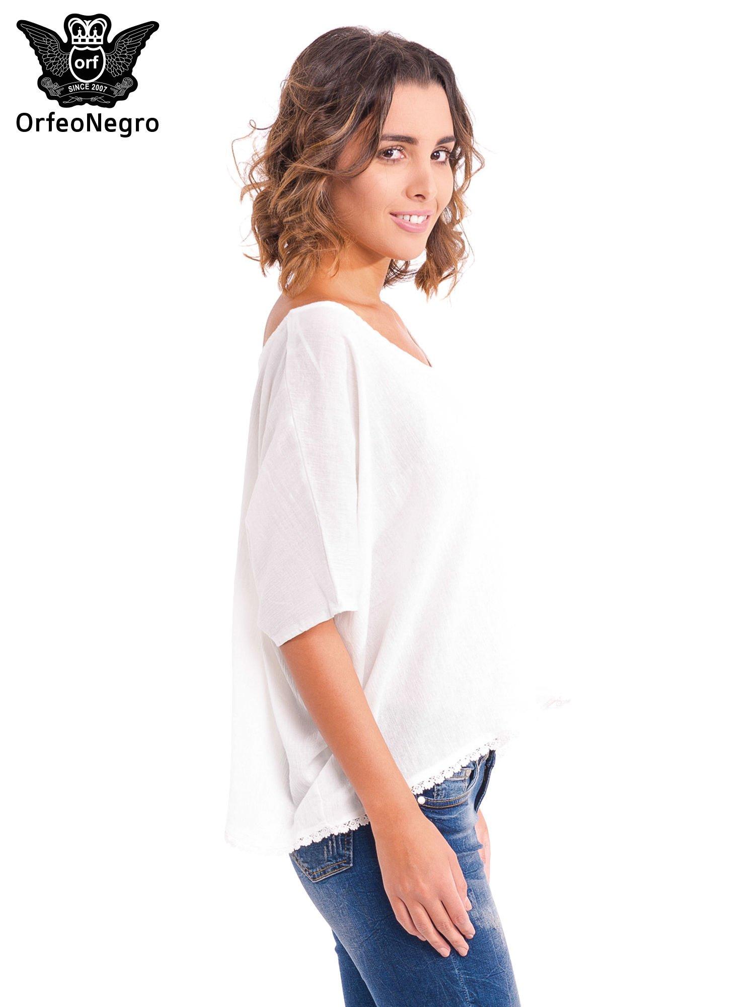 Biała koszula nietoperz z ażurowaniem na dole                                  zdj.                                  3