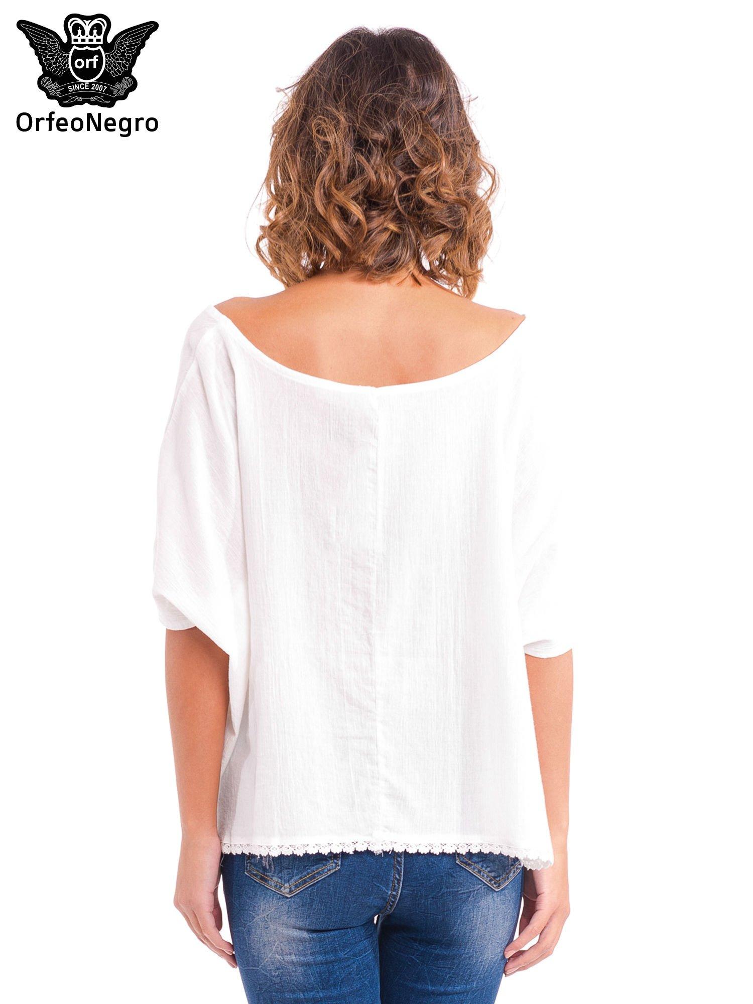 Biała koszula nietoperz z ażurowaniem na dole                                  zdj.                                  4
