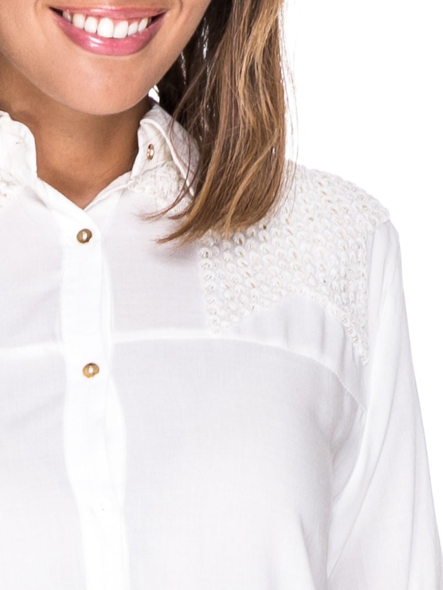 Biała koszula z aplikacją gwiazd na ramionach                                  zdj.                                  7