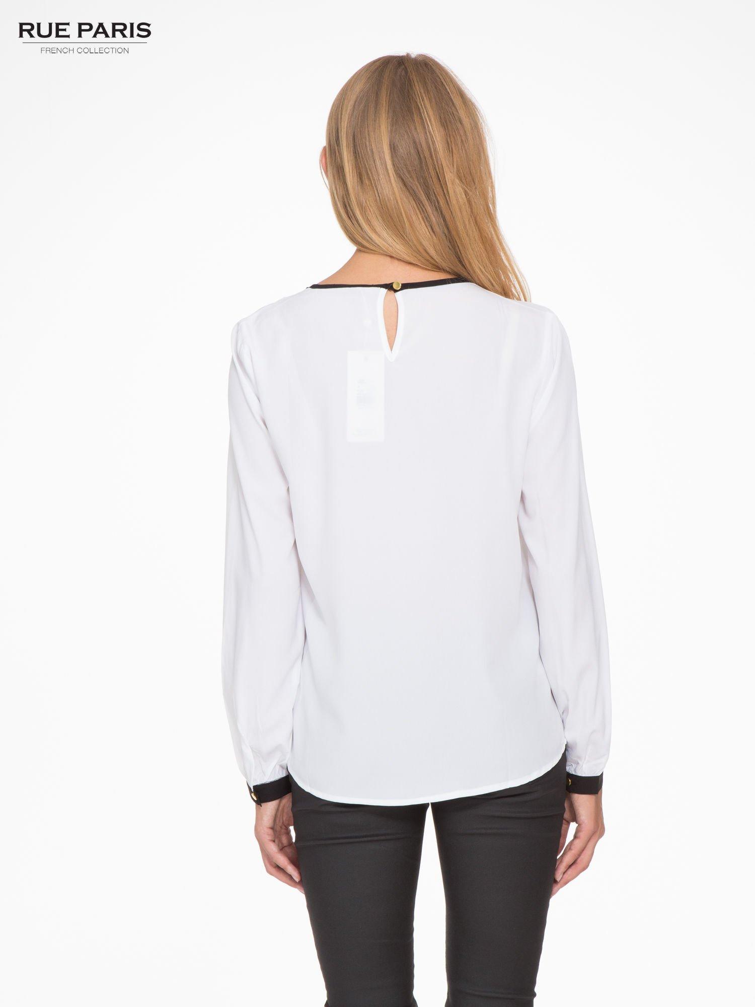 Biała koszula z kontrastową lamówką przy dekolcie i mankietami                                  zdj.                                  4
