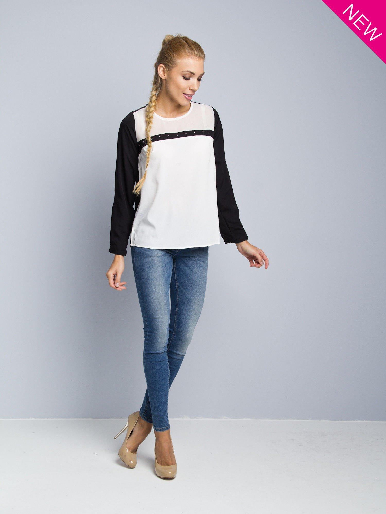 Biała koszula z kontrastowymi rękawami i czarnym pasem z przodu ozdobionym dżetami                                  zdj.                                  2