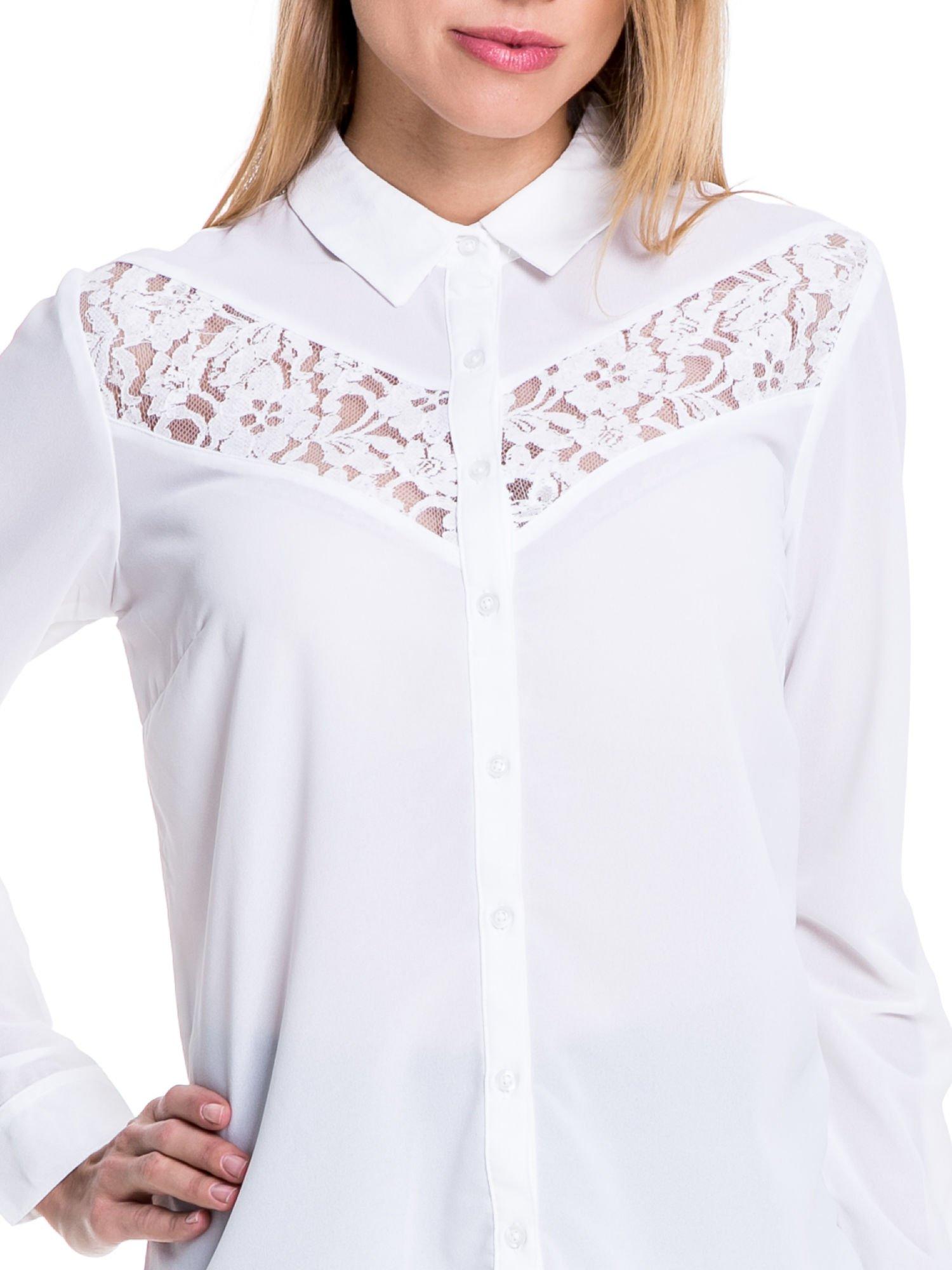 Biała koszula z koronkową wstawką na górze                                  zdj.                                  5
