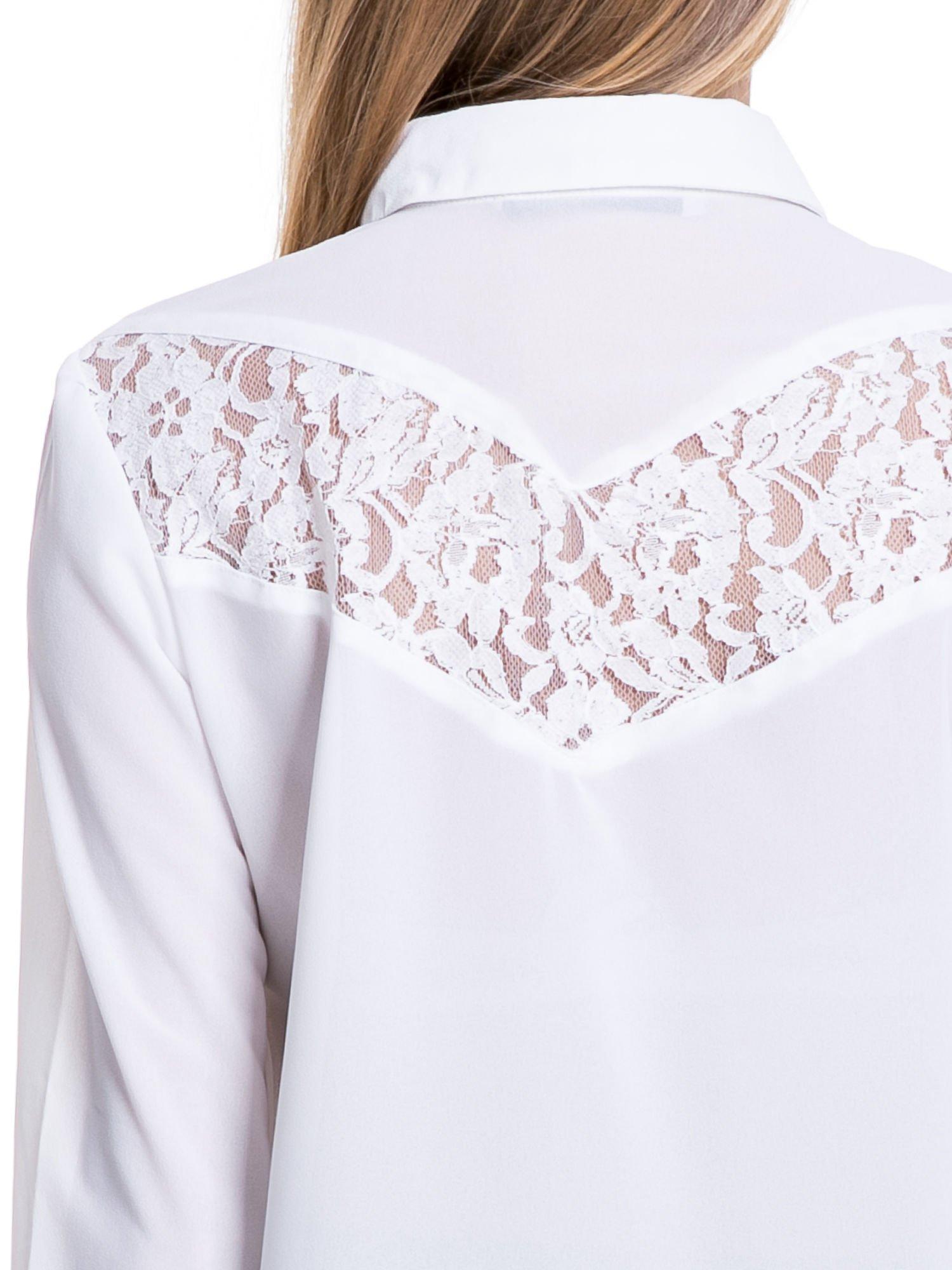 Biała koszula z koronkową wstawką na górze                                  zdj.                                  6