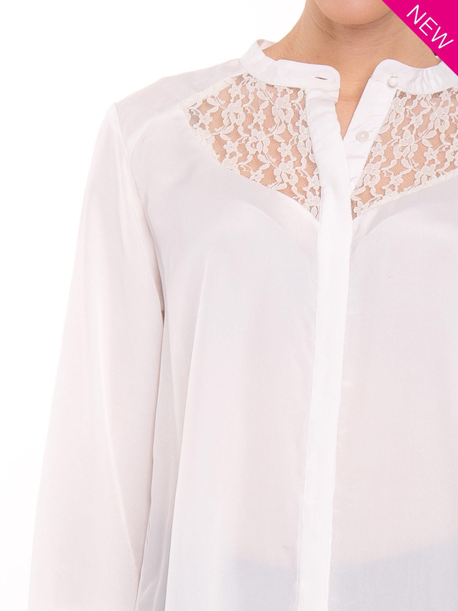 Biała koszula z koronkowym żabotem w stylu wiktoriańskim                                  zdj.                                  5
