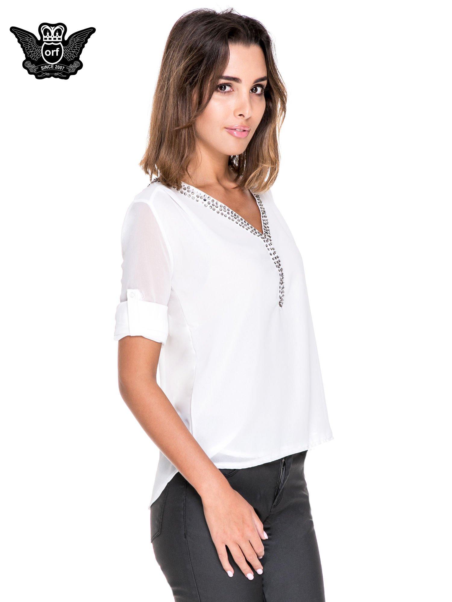 Biała koszula z transparentnymi rękawami i dżetami przy dekolcie                                  zdj.                                  5