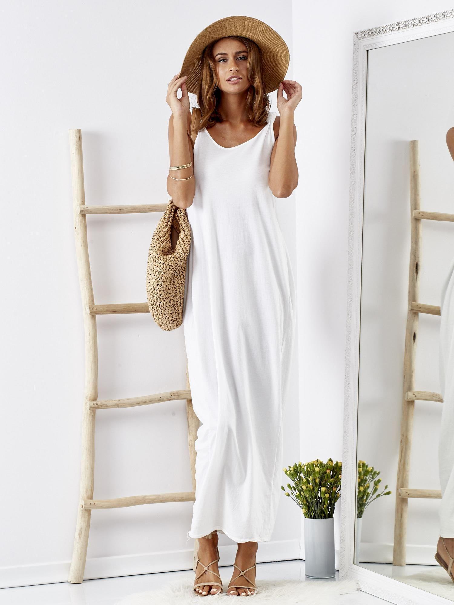 12877a41 Biała luźna sukienka maxi z dekoltem na plecach