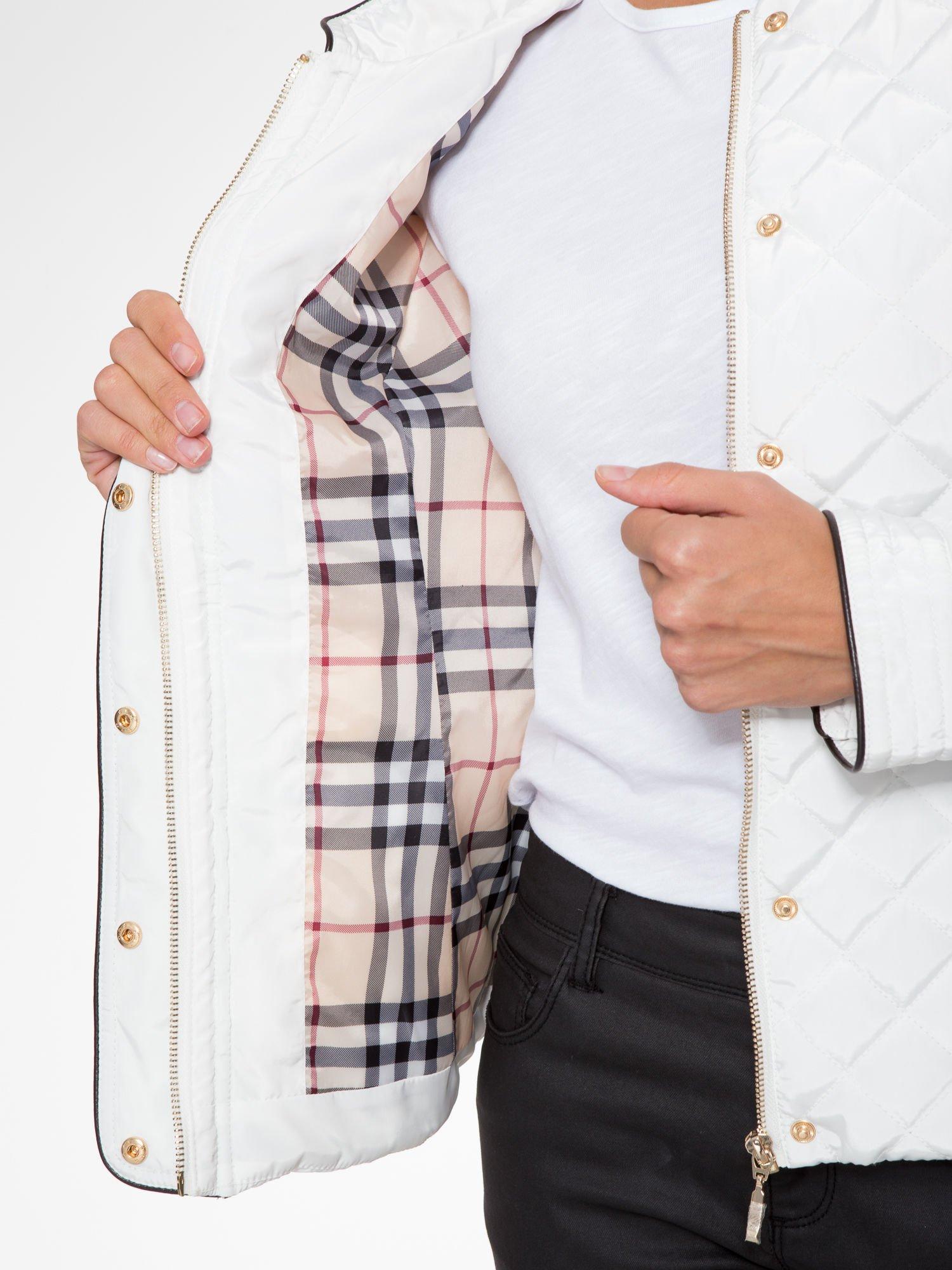 Biała pikowana kurtka ze skórzaną lamówką                                  zdj.                                  14