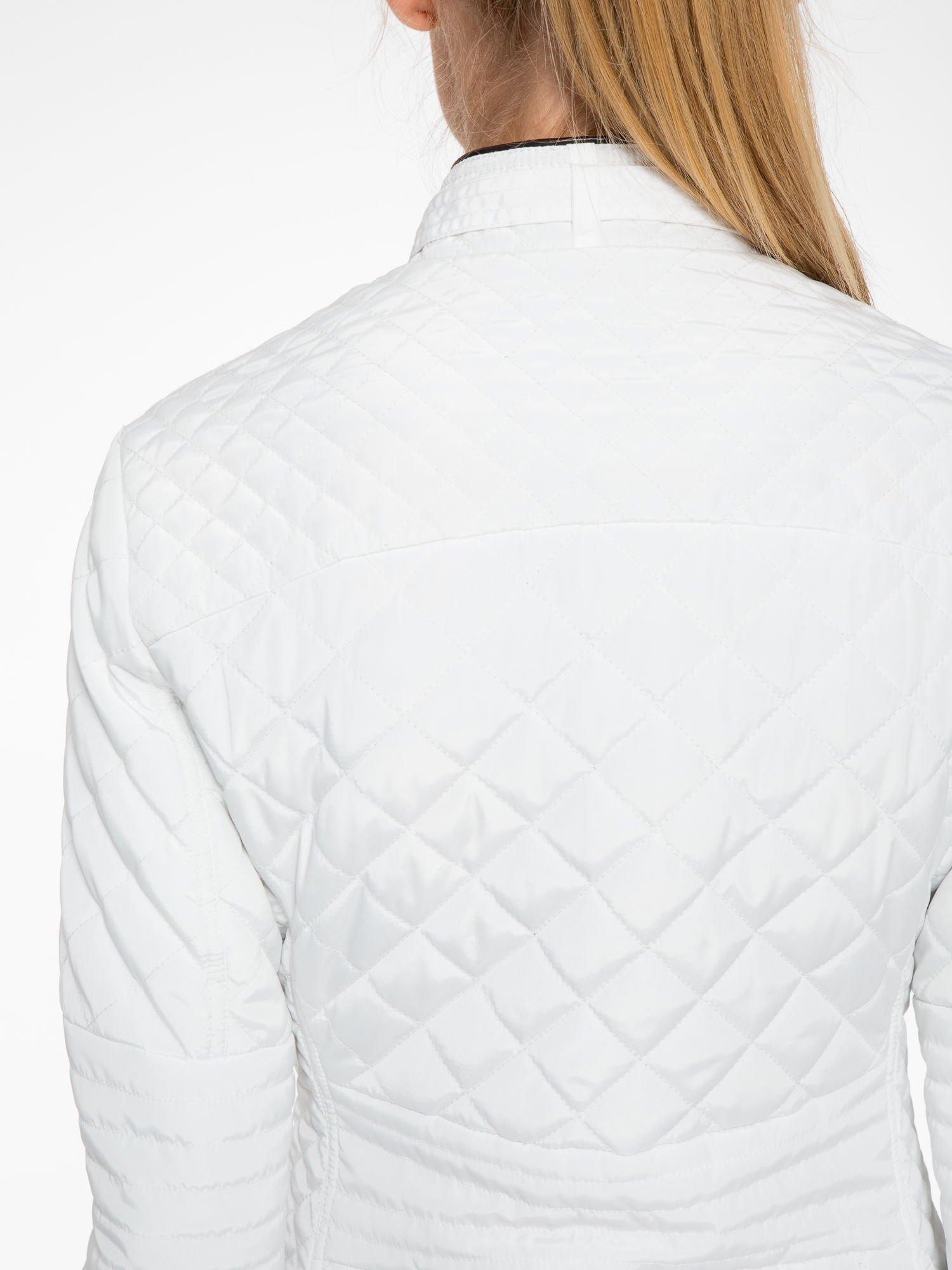 Biała pikowana kurtka ze skórzaną lamówką                                  zdj.                                  6