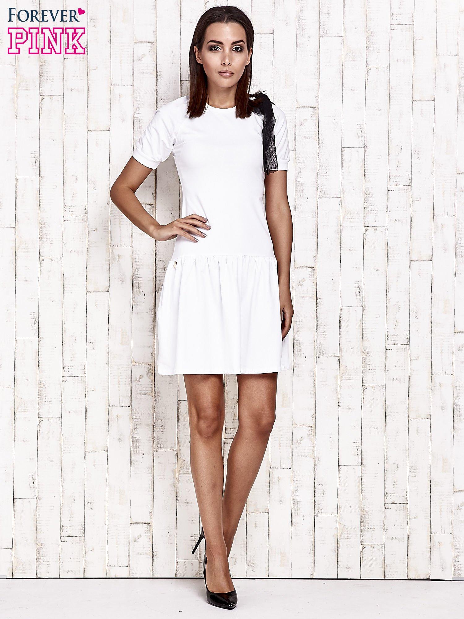 Biała sukienka dresowa z kokardą z tiulu                                  zdj.                                  2