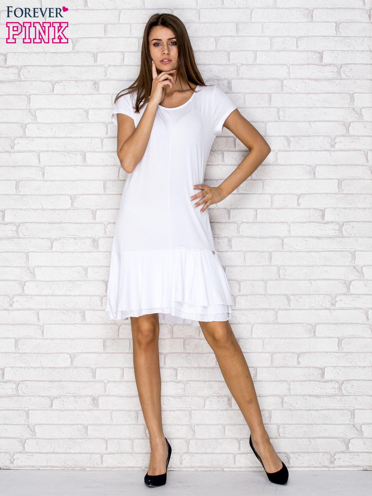 Biała sukienka dresowa z ozdobną falbaną                                  zdj.                                  4