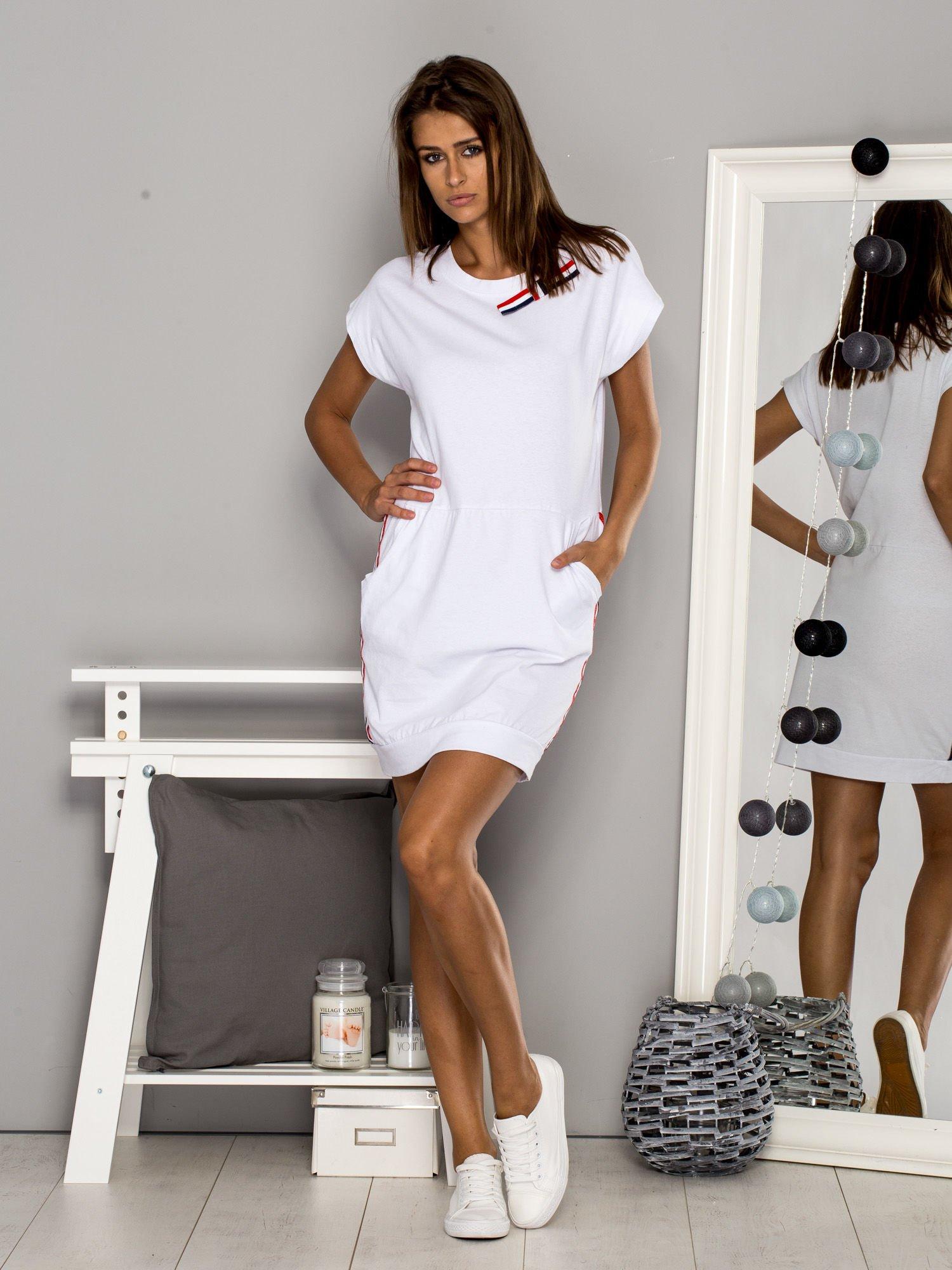 4391933b85 Biała sukienka dzienna z kolorowymi wstawkami - Sukienka na co dzień ...