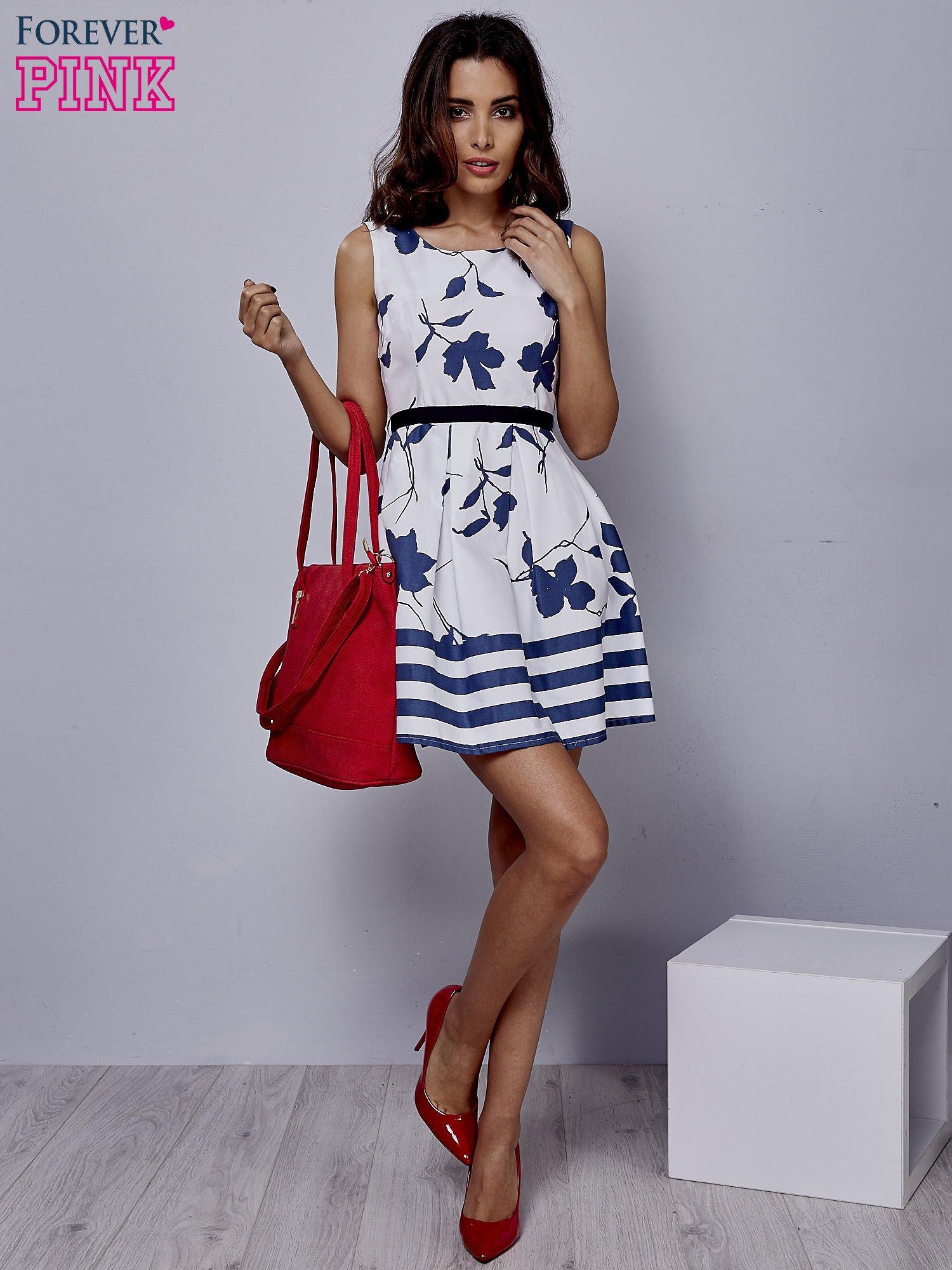 ff3b4007e9 Biała sukienka w kwiaty wiązana na kokardę z tyłu - Sukienka ...