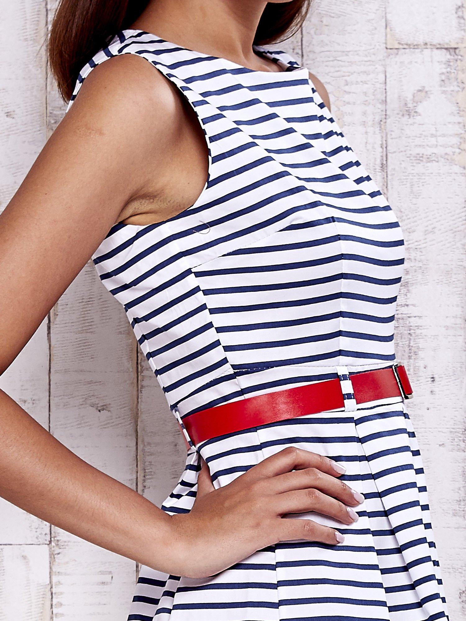 Biała sukienka w marynarskim stylu z paskiem                                  zdj.                                  5