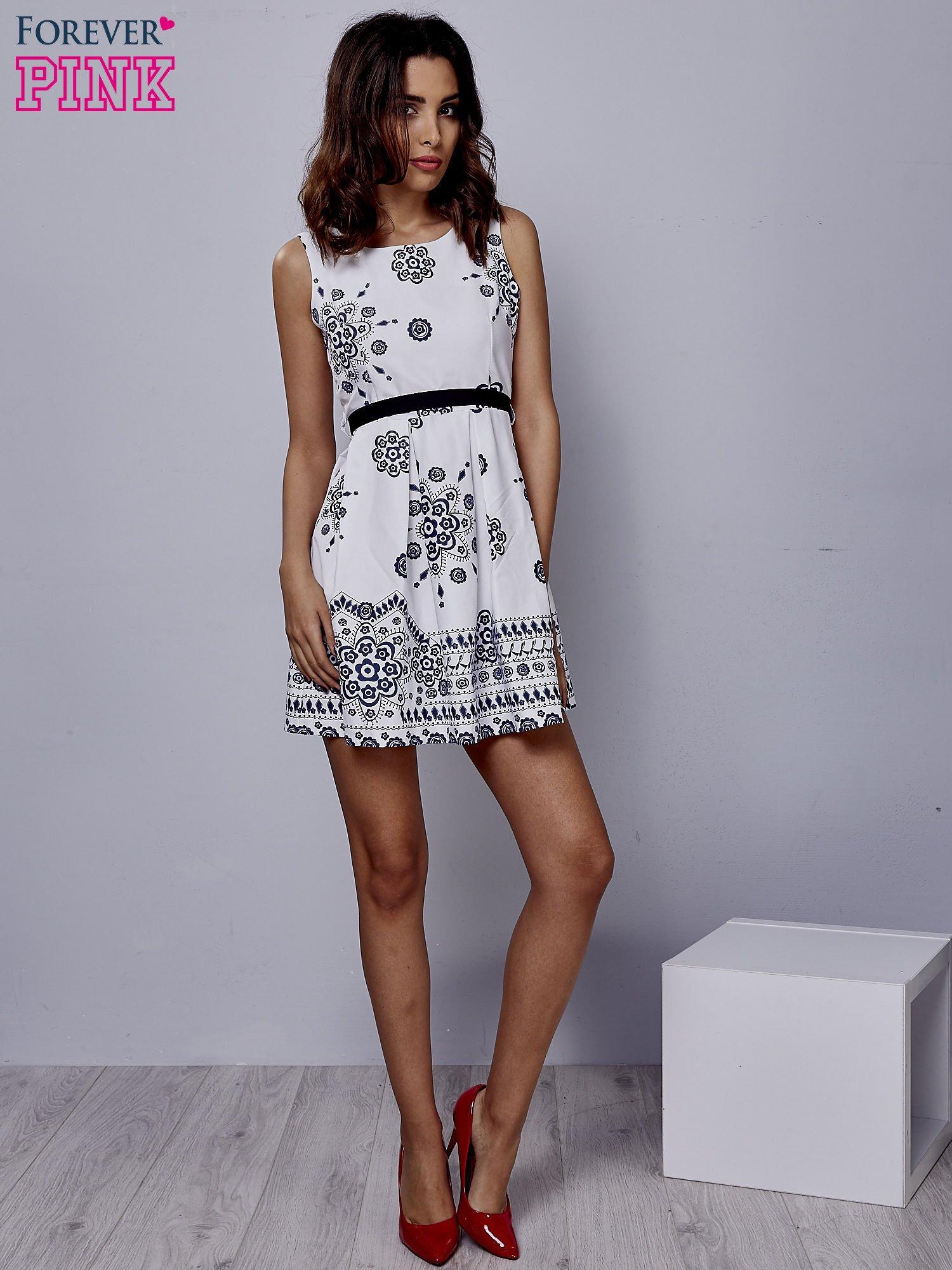 Biała sukienka w ornamenty wiązana na kokardę z tyłu                                  zdj.                                  4
