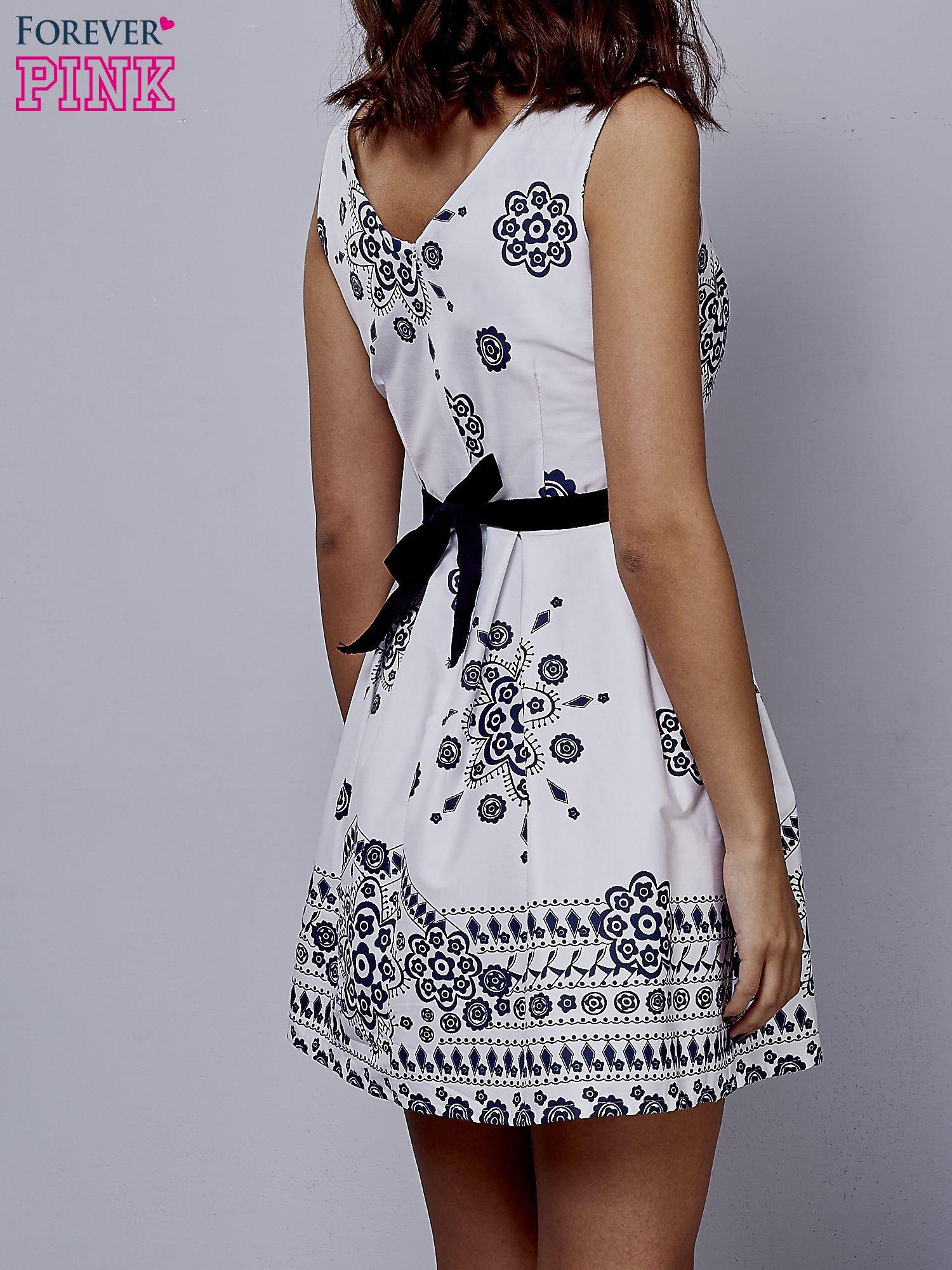 Biała sukienka w ornamenty wiązana na kokardę z tyłu                                  zdj.                                  2