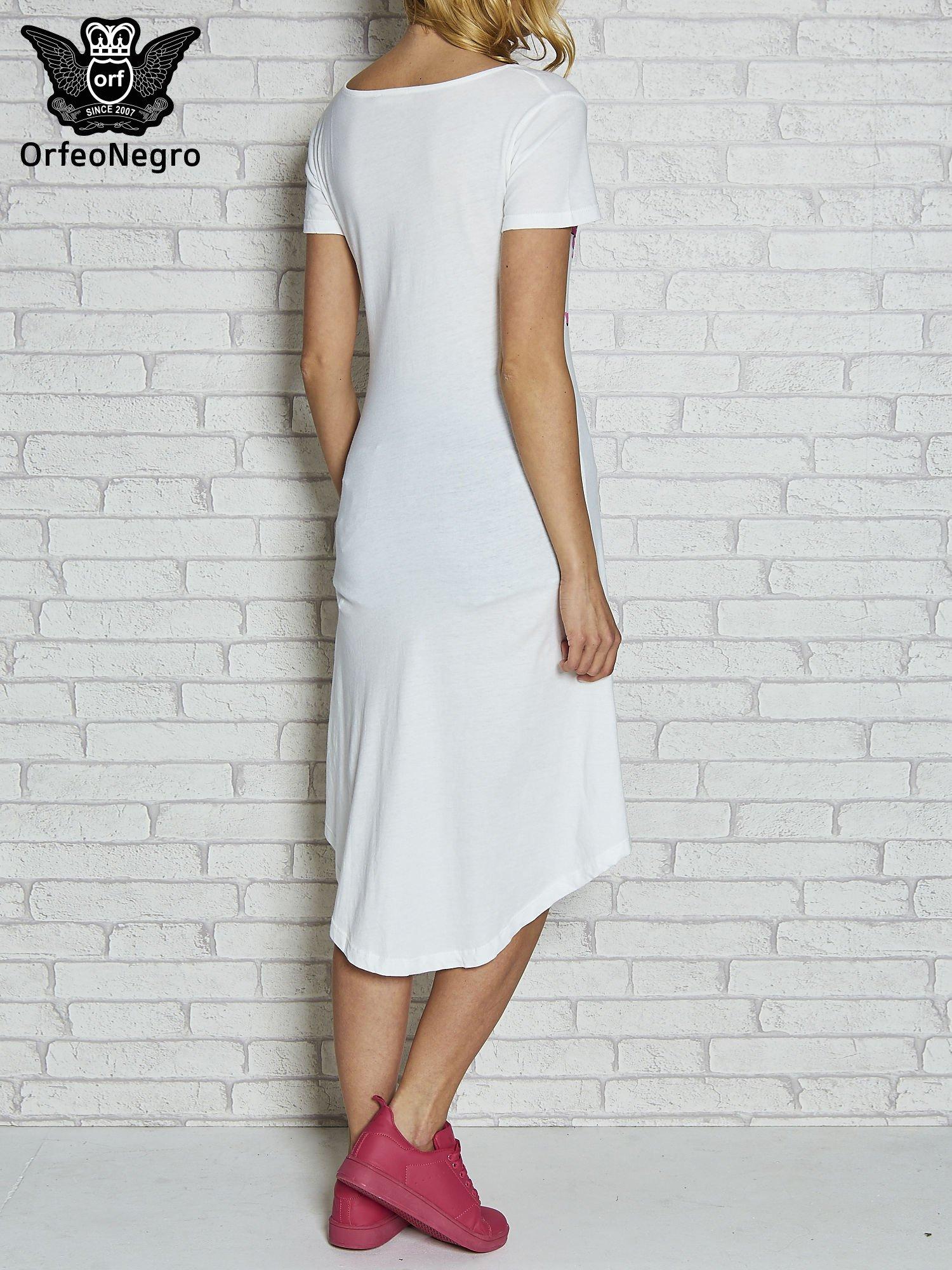 Biała sukienka z dłuższym tyłem i napisem SHAKE!                                  zdj.                                  4