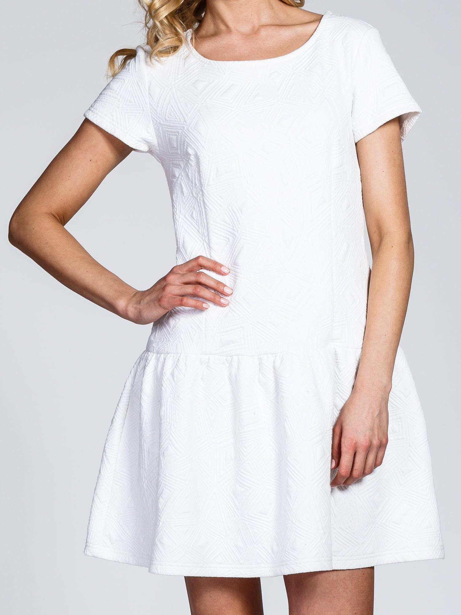 Biała sukienka z falbaną wytłaczana w geometryczny wzór                                  zdj.                                  7