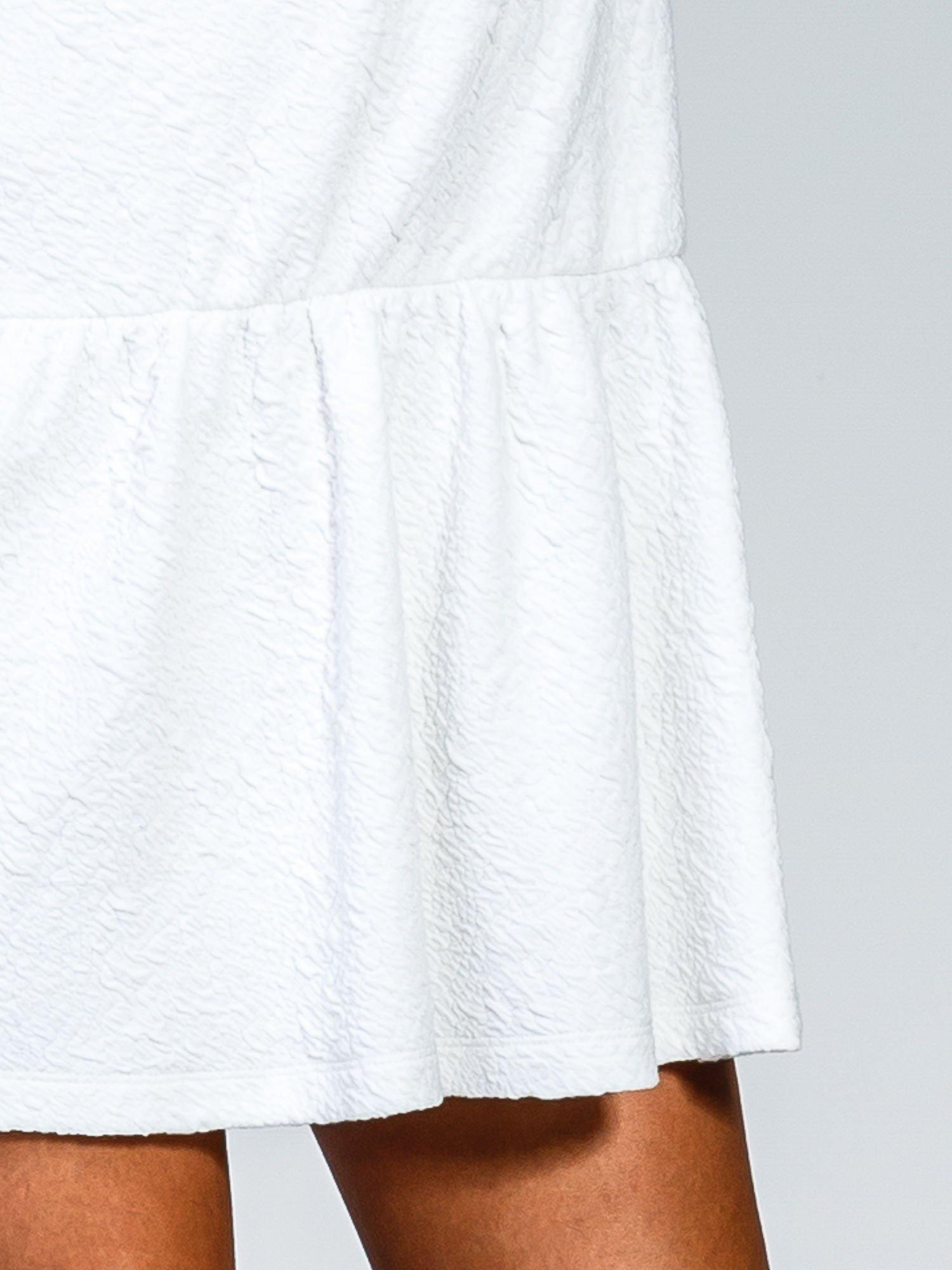 Biała sukienka z obniżoną talią i falbaną na dole                                  zdj.                                  7