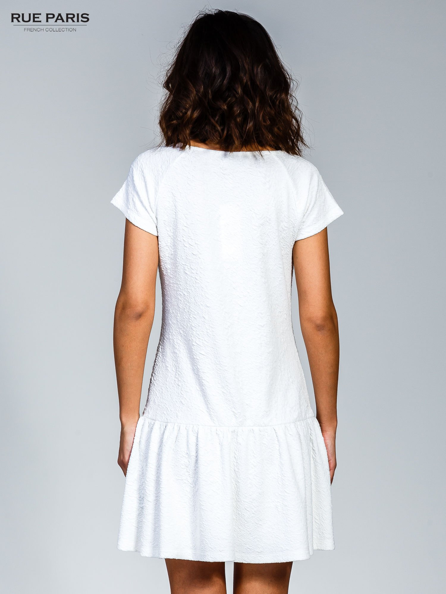 Biała sukienka z obniżoną talią i falbaną na dole                                  zdj.                                  2