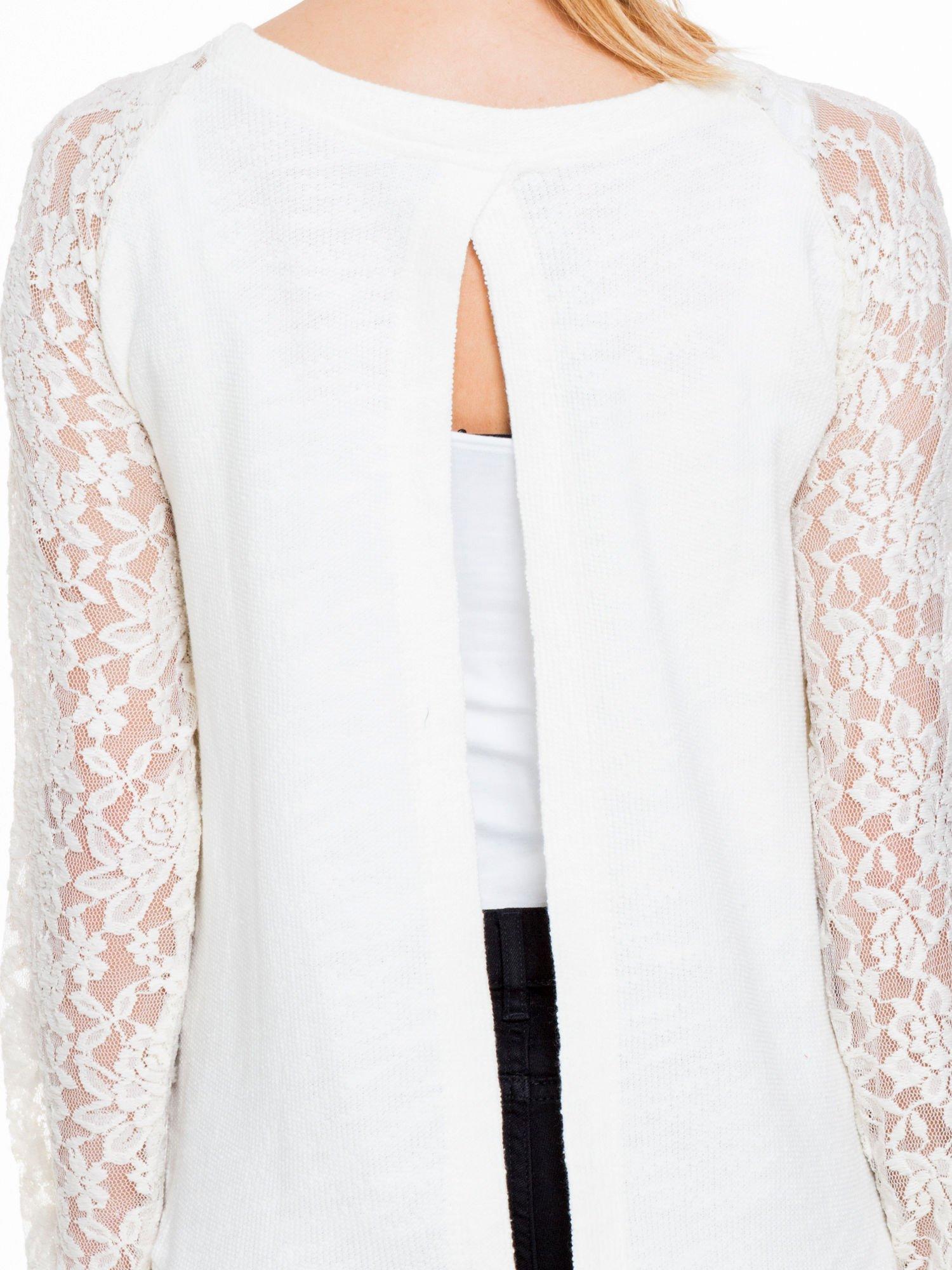 Biała swetrowa bluza z koronkowymi rękawami i rozcięciem na plecach                                  zdj.                                  6