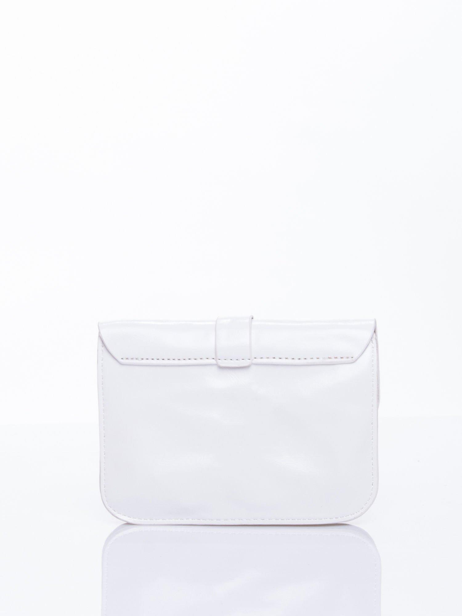 Biała torebka listonoszka z klapką                                  zdj.                                  2