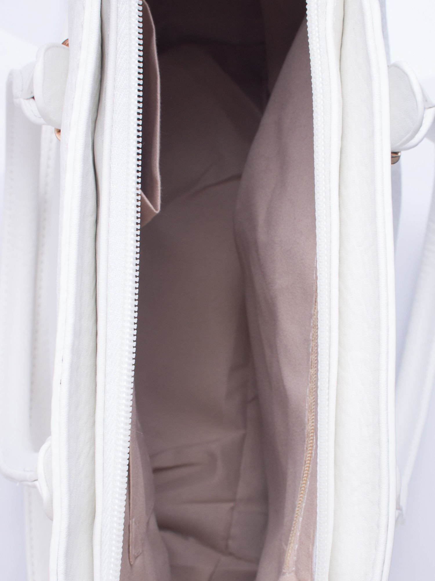 2f0a5dd6 Biała torebka trapezowa z odpinanym paskiem