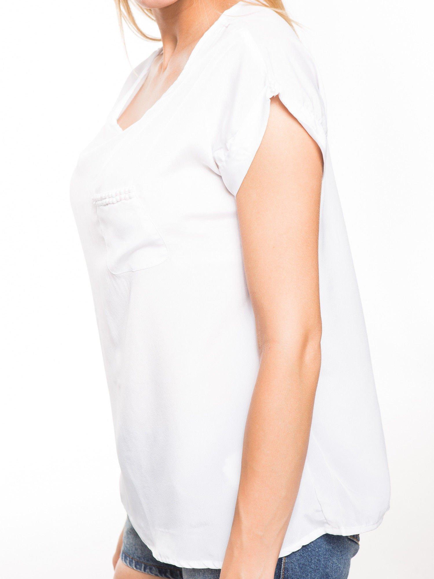 Biała zwiewna koszula z kieszonką obszytą perłami                                  zdj.                                  7