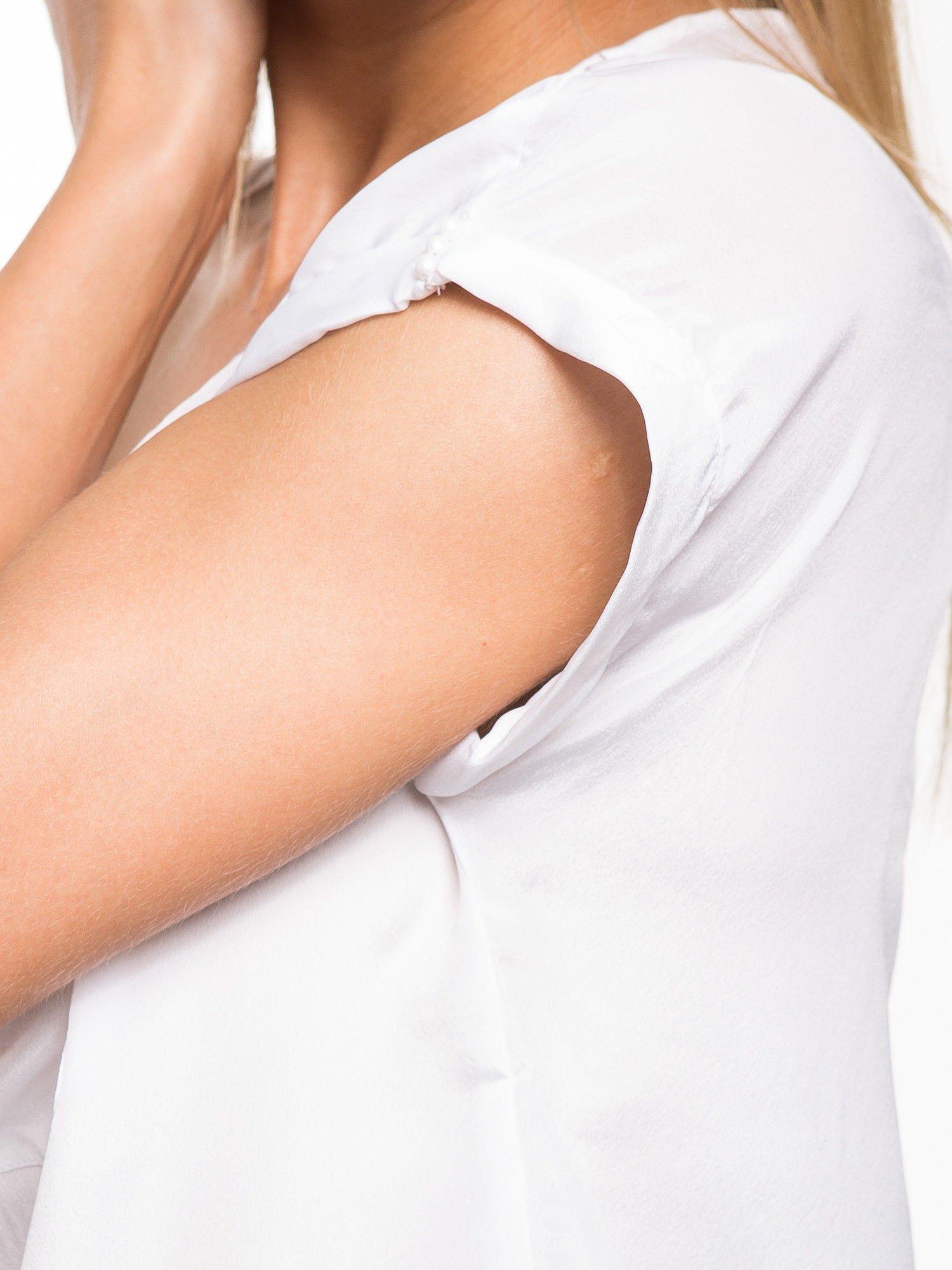 Biała zwiewna koszula z kieszonką obszytą perłami                                  zdj.                                  8