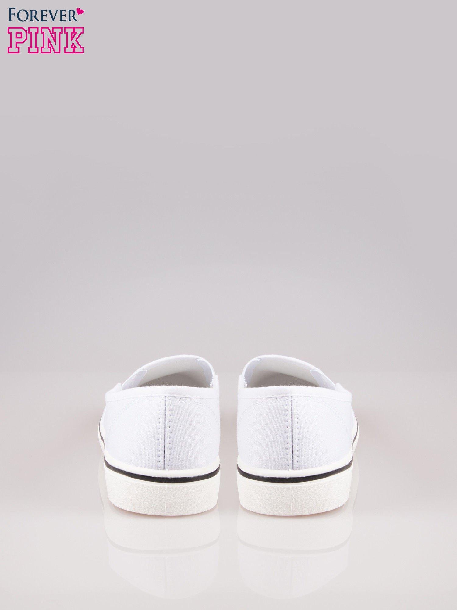 Białe buty slip on na białej podeszwie                                  zdj.                                  3
