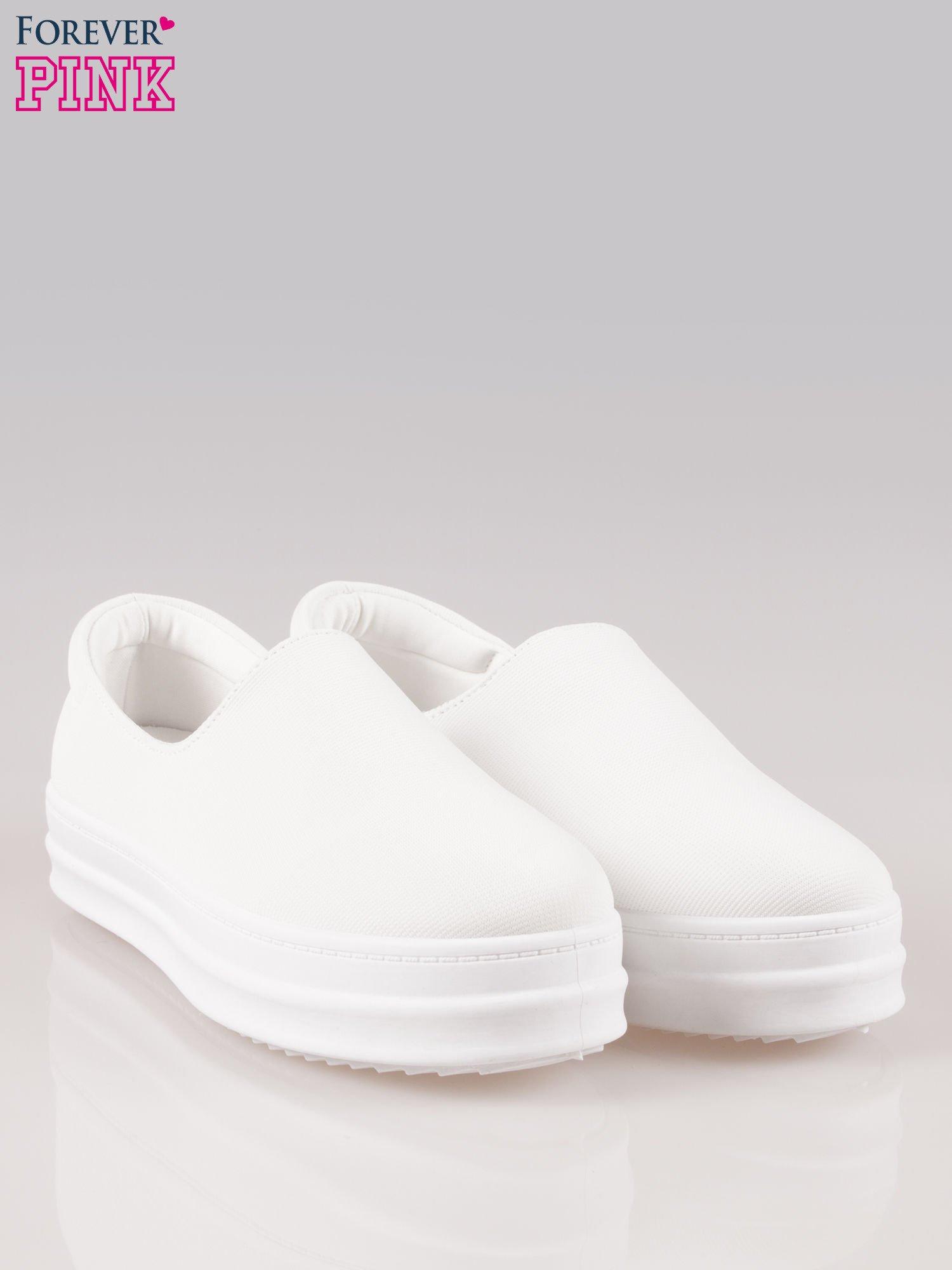 Białe buty slip on na wysokiej podeszwie                                  zdj.                                  2