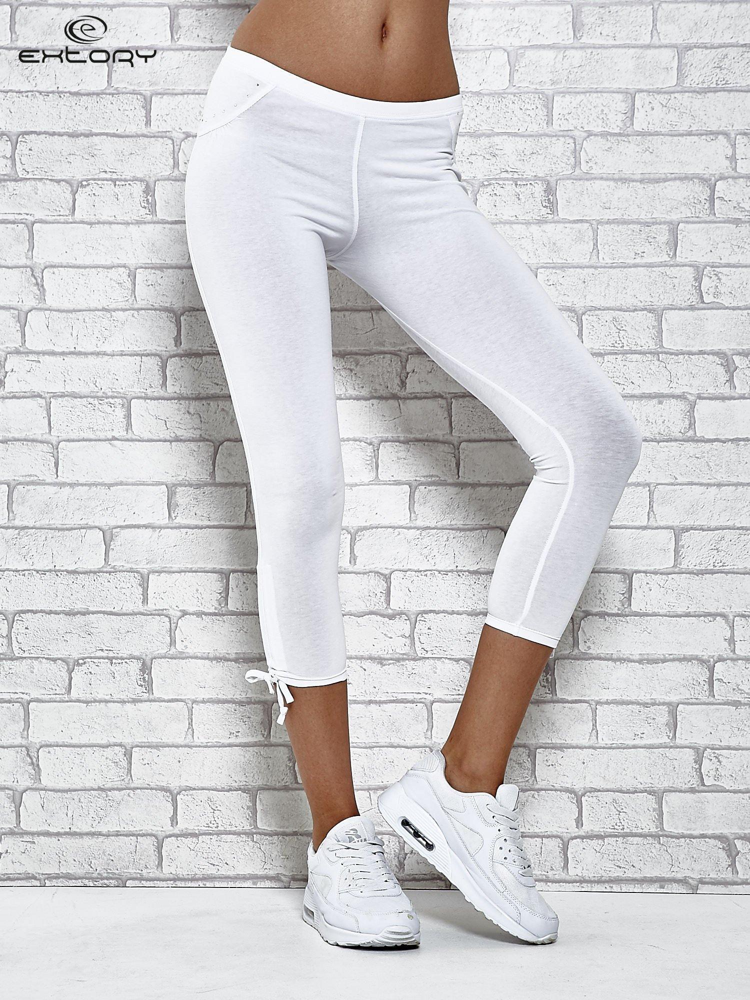 Białe legginsy sportowe 7/8 z wiązaniem                                  zdj.                                  1