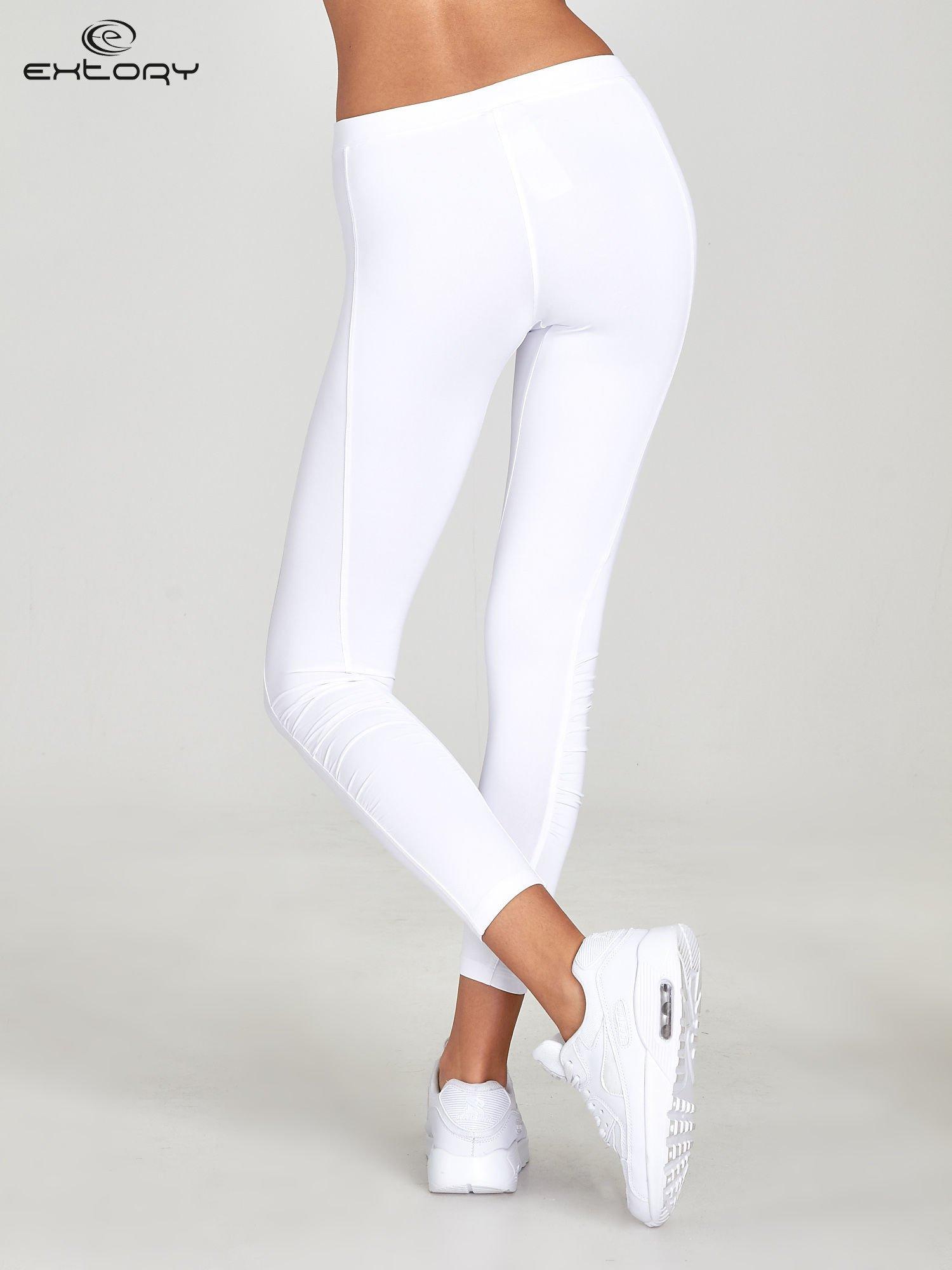 Białe legginsy sportowe termalne z drapowaniem                                  zdj.                                  3