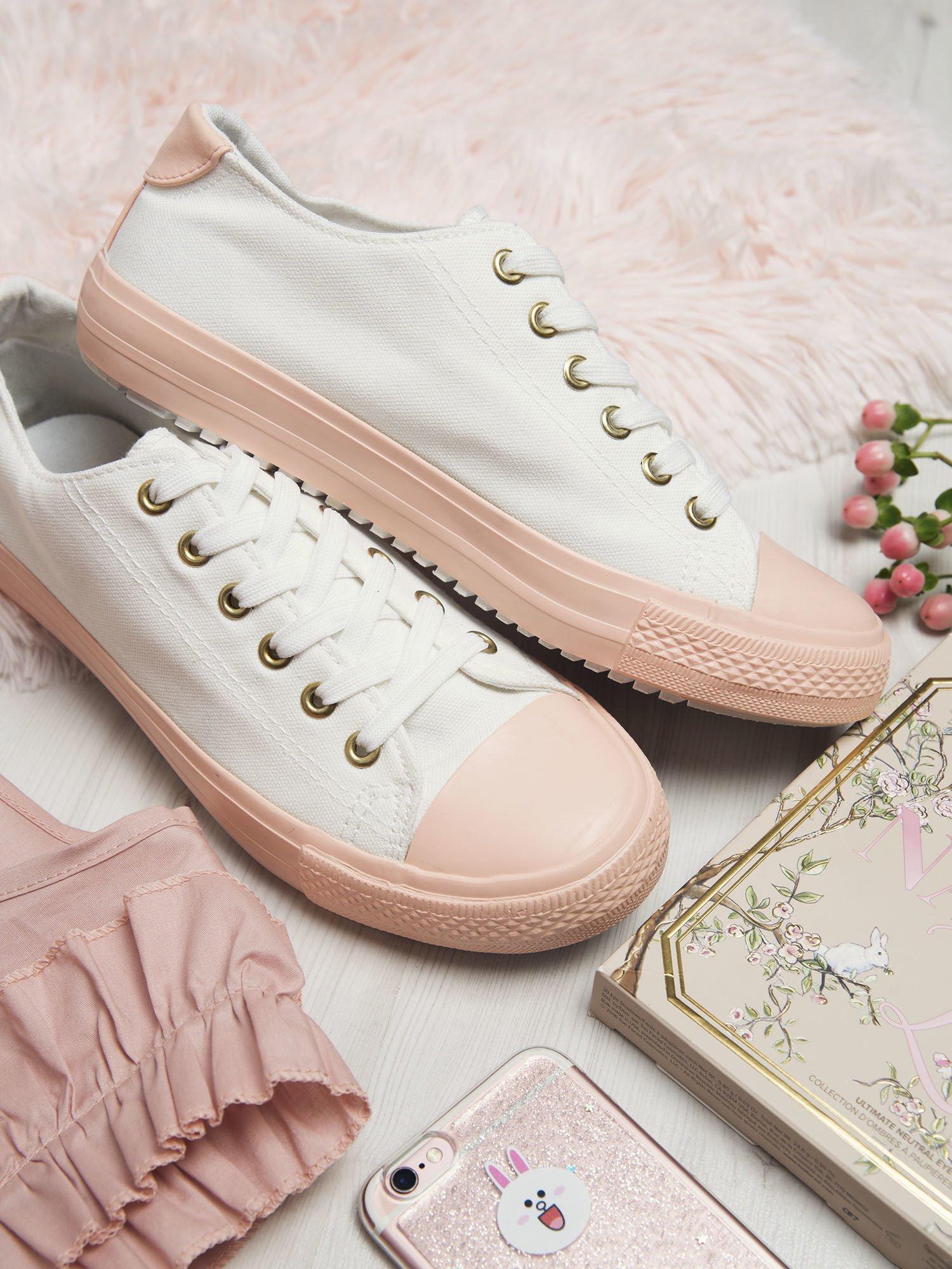 c001048944ba9 Białe materiałowe trampki z pastelowo-różową podeszwą i gumową wstawką na  przodzie ...