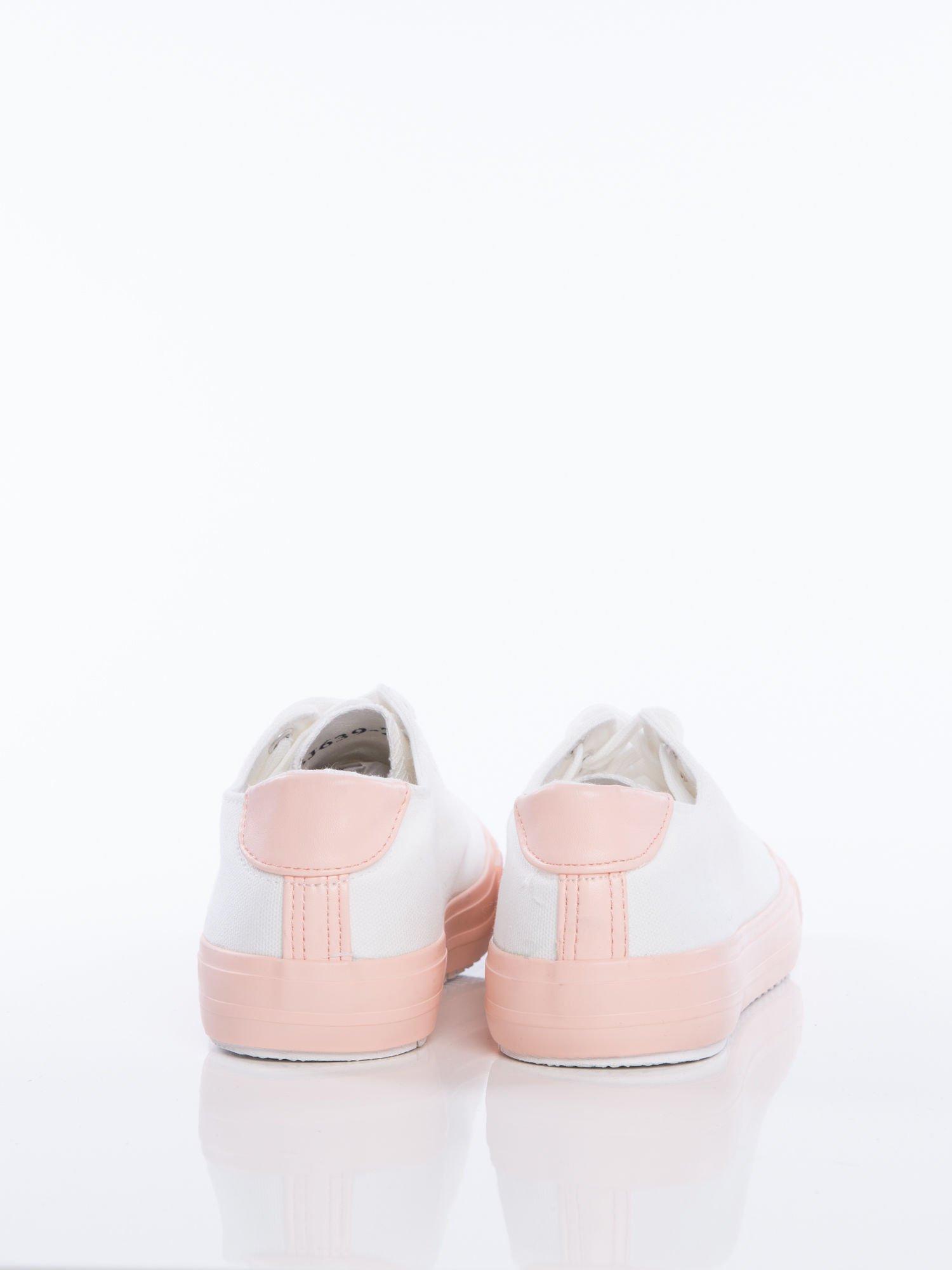 fdfdcbdfdf915 4; Białe materiałowe trampki z pastelowo-różową podeszwą i gumową wstawką  na przodzie ...