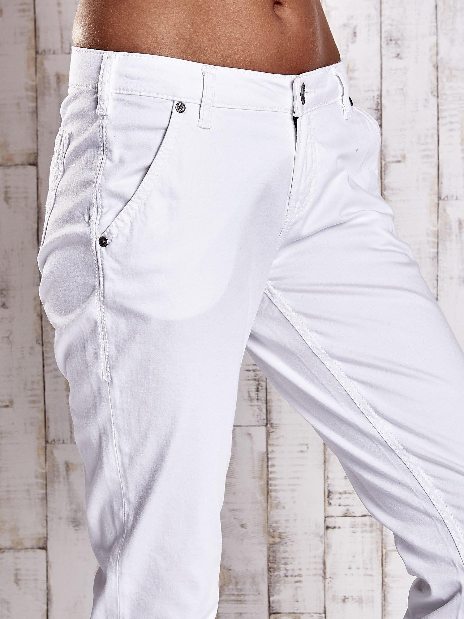 Białe proste spodnie z napami                                  zdj.                                  5