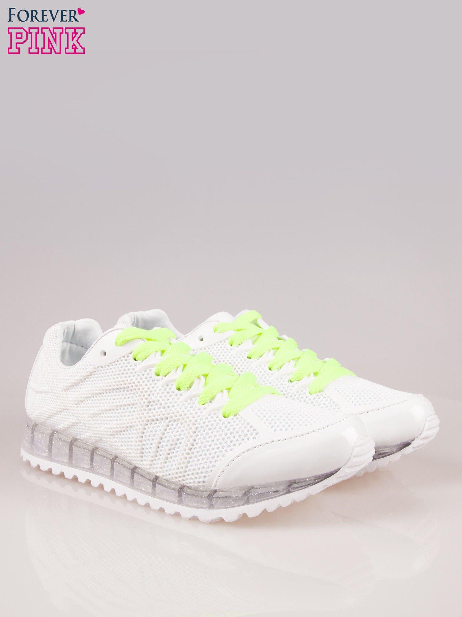 Białe siateczkowe buty sportowe damskie na rowkowanej podeszwie                                  zdj.                                  2