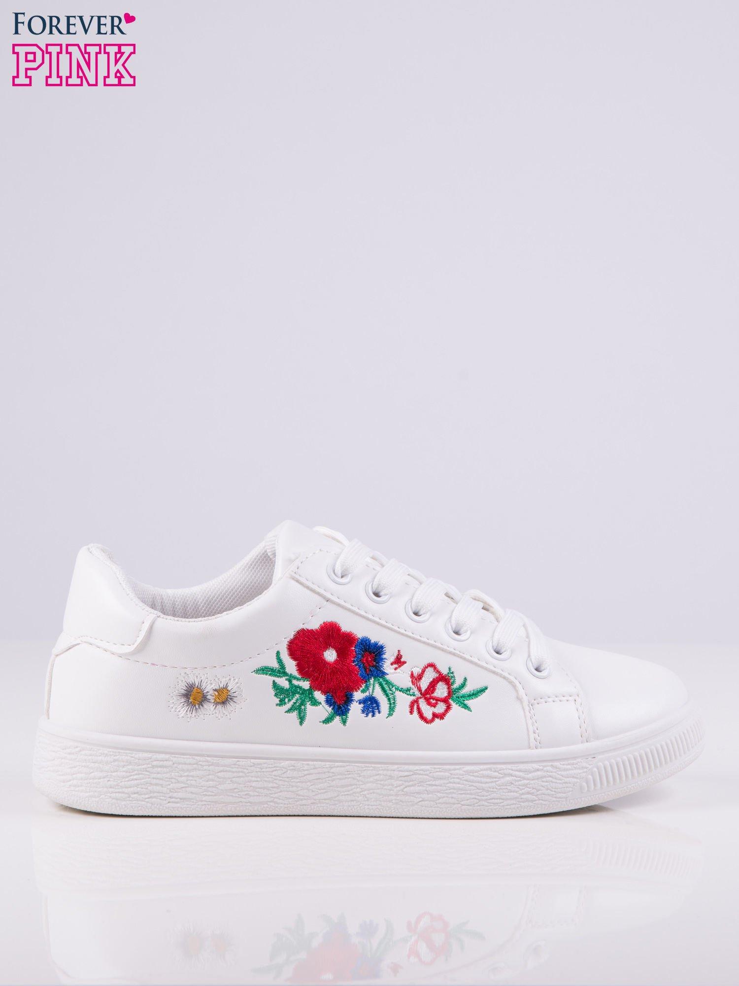 2c4ff8d256e64 1; Białe skórzane trampki z wyszywanymi kwiatami po bokach cholewki ...