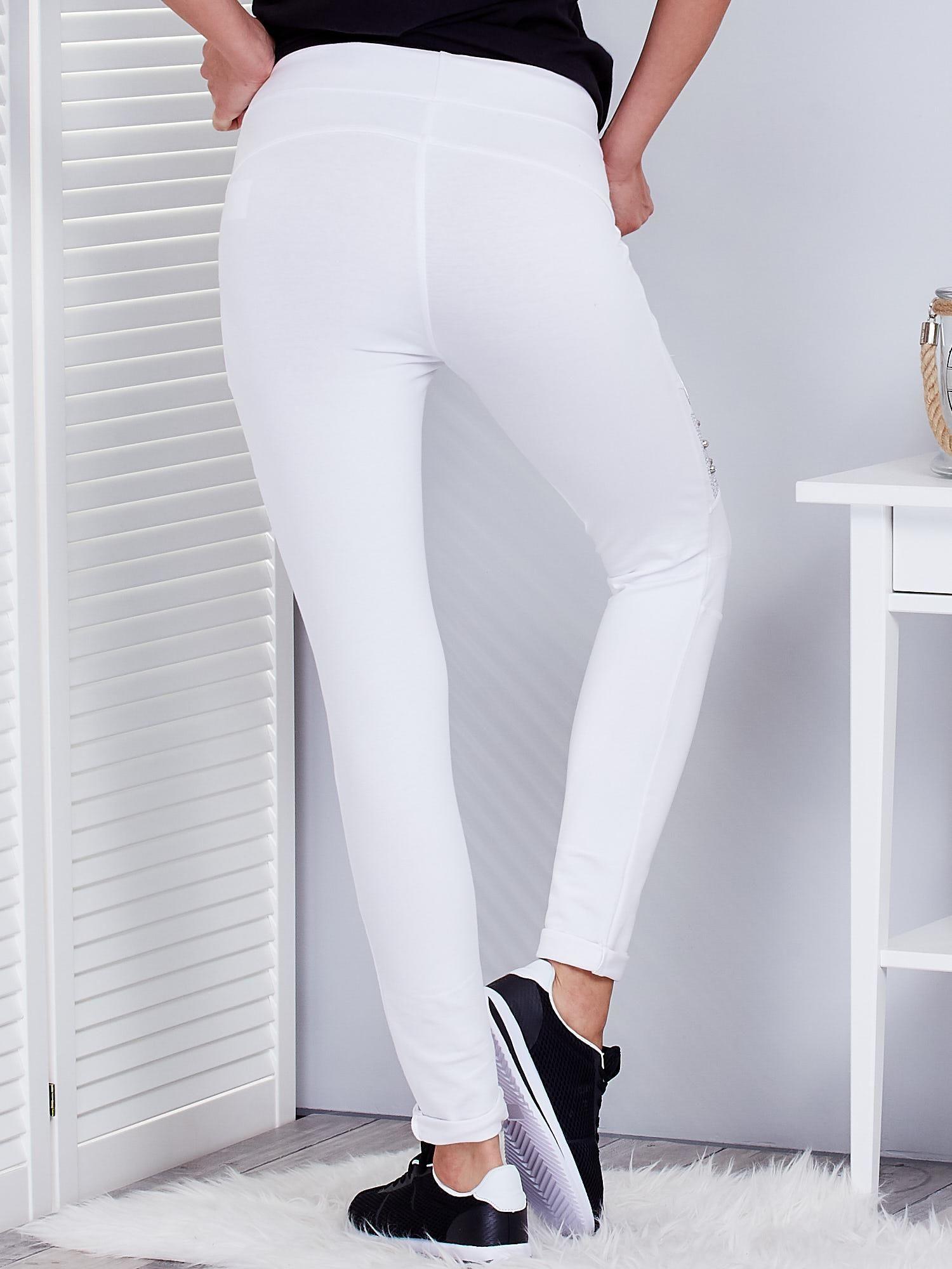 4a035cbc Białe spodnie dresowe z agrafkami i aplikacją na kolanach