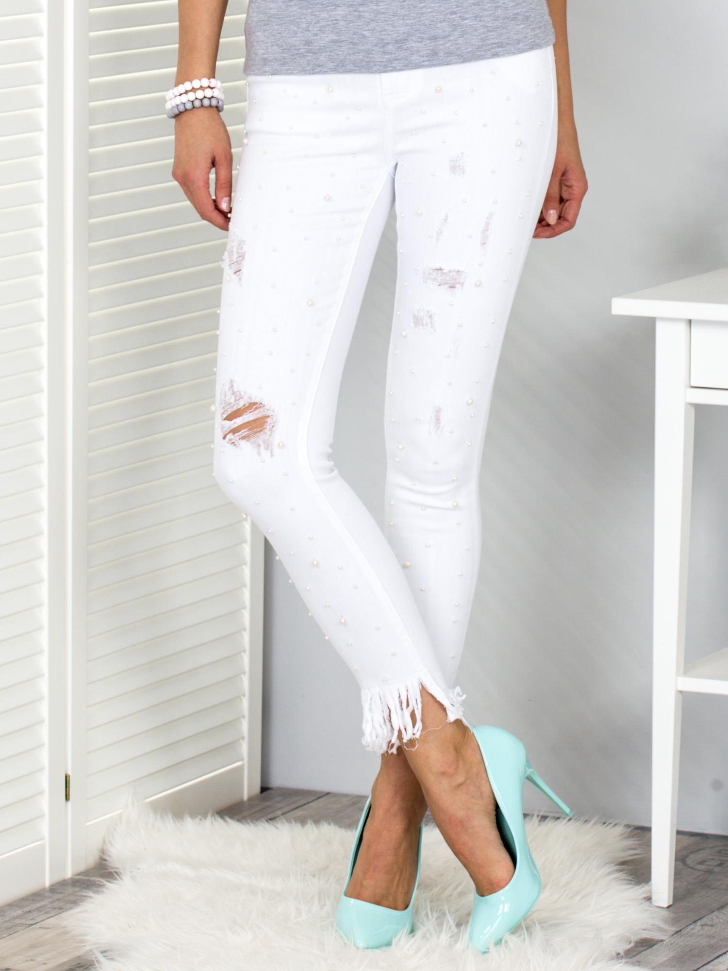 da7029d175 Białe spodnie jeansowe z perełkami i przedarciami - Spodnie jeansowe ...