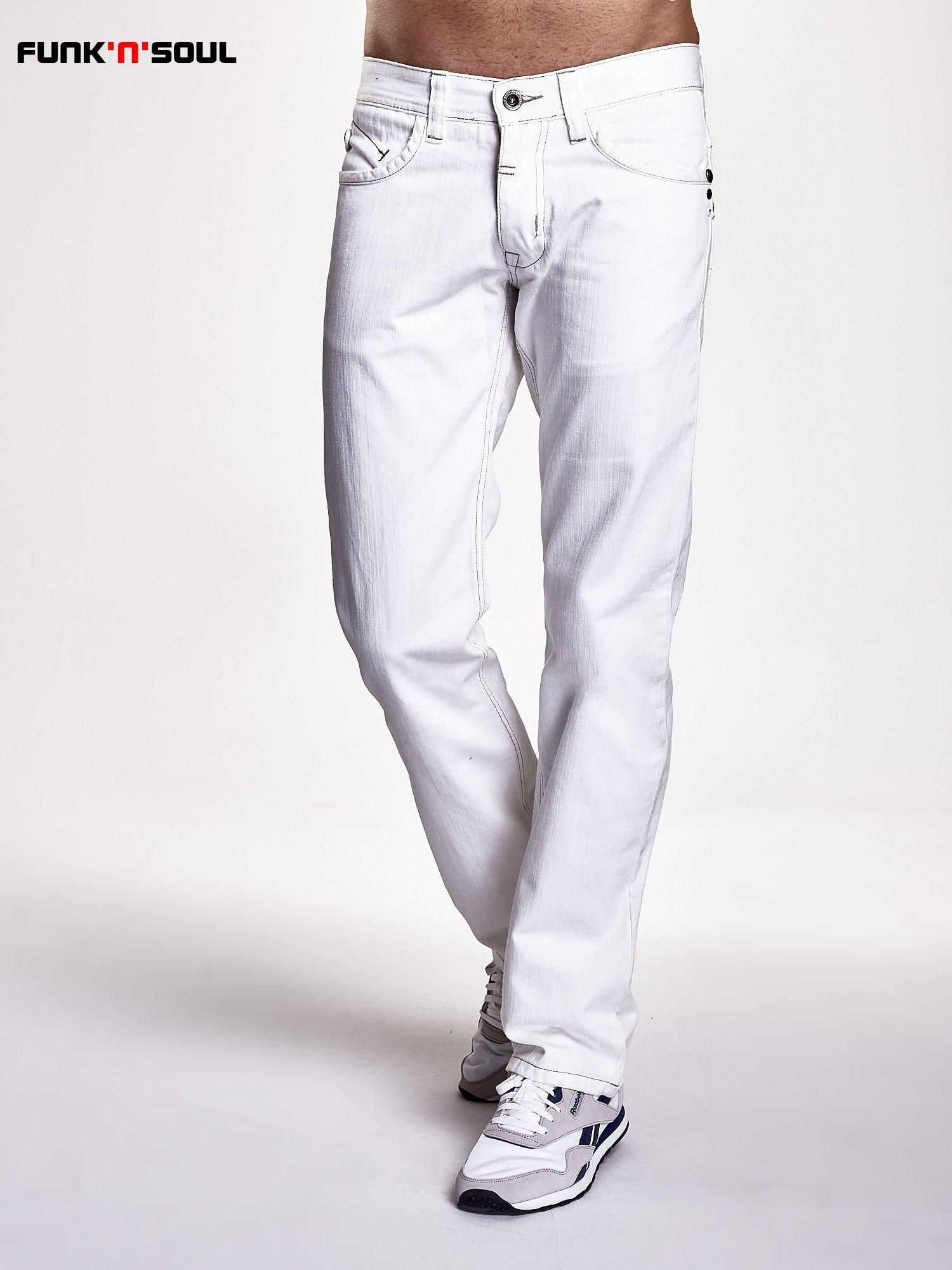 Białe spodnie męskie z napami na kieszeniach Funk n Soul                                  zdj.                                  1