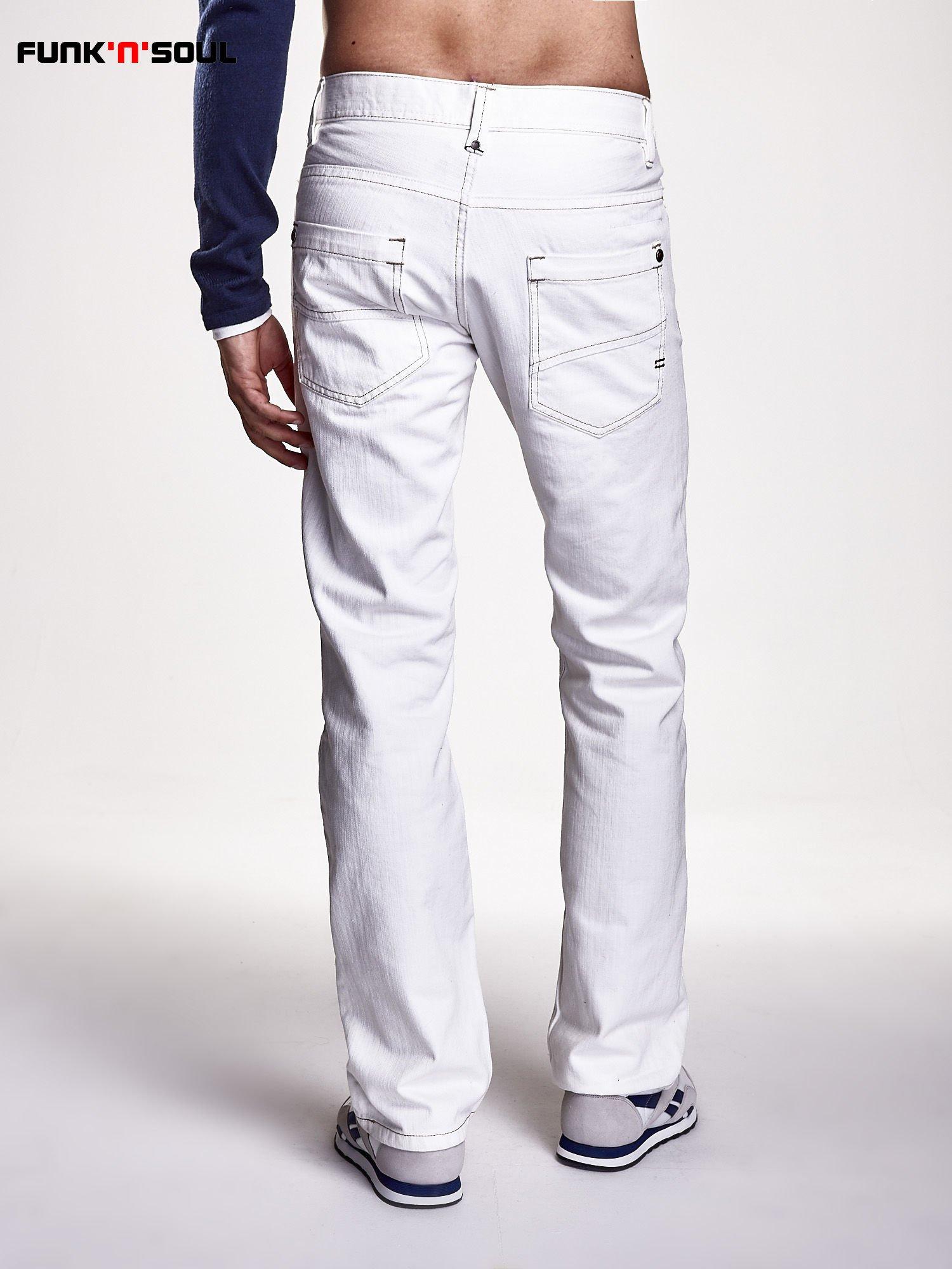 Białe spodnie męskie z napami na kieszeniach Funk n Soul                                  zdj.                                  2