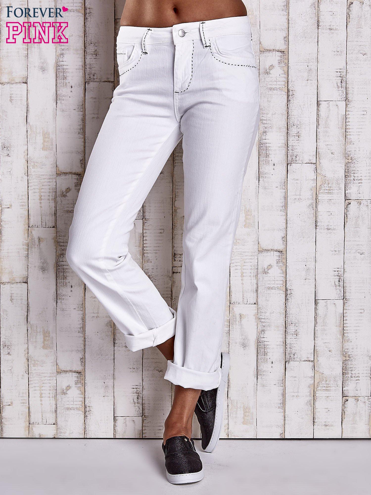 Białe spodnie regular jeans z ciemniejszymi naszyciami                                  zdj.                                  1
