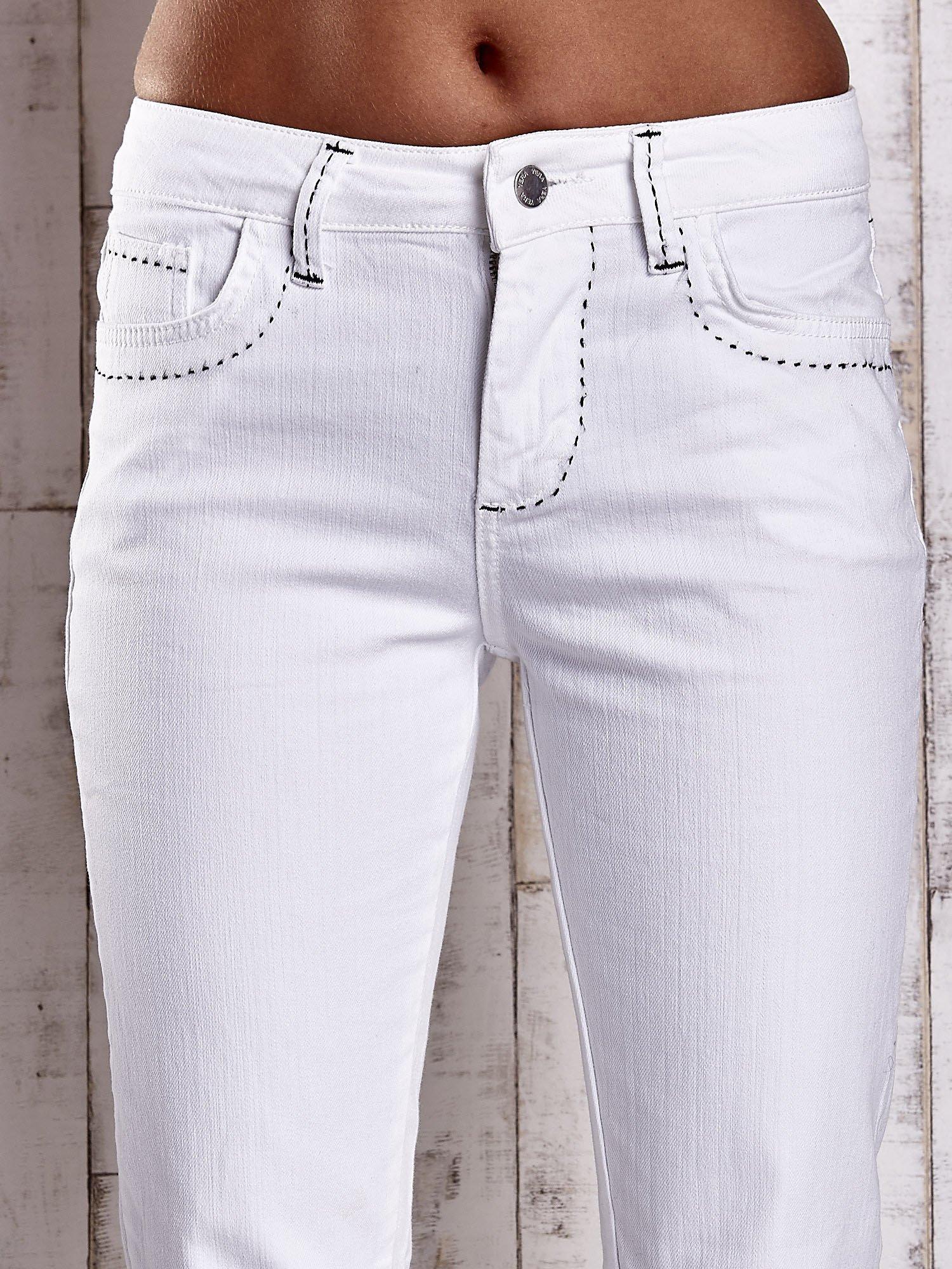 Białe spodnie regular jeans z ciemniejszymi naszyciami                                  zdj.                                  4