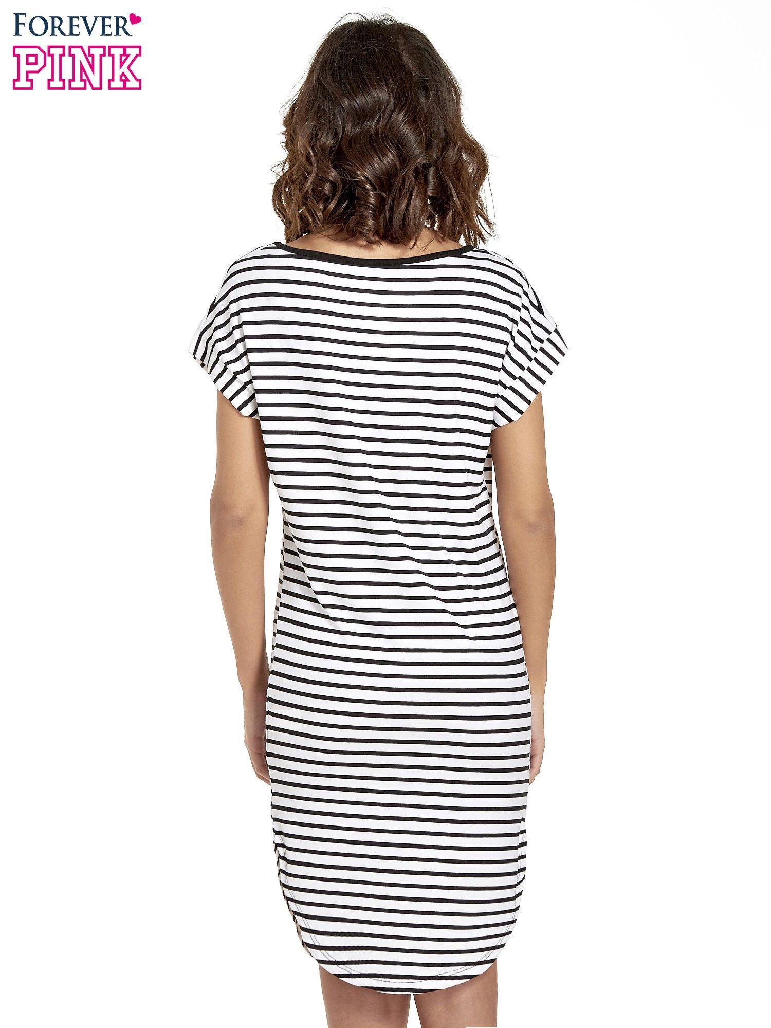 Biało-czarna sukienka w paski z napisem HAPPINESS                                  zdj.                                  4
