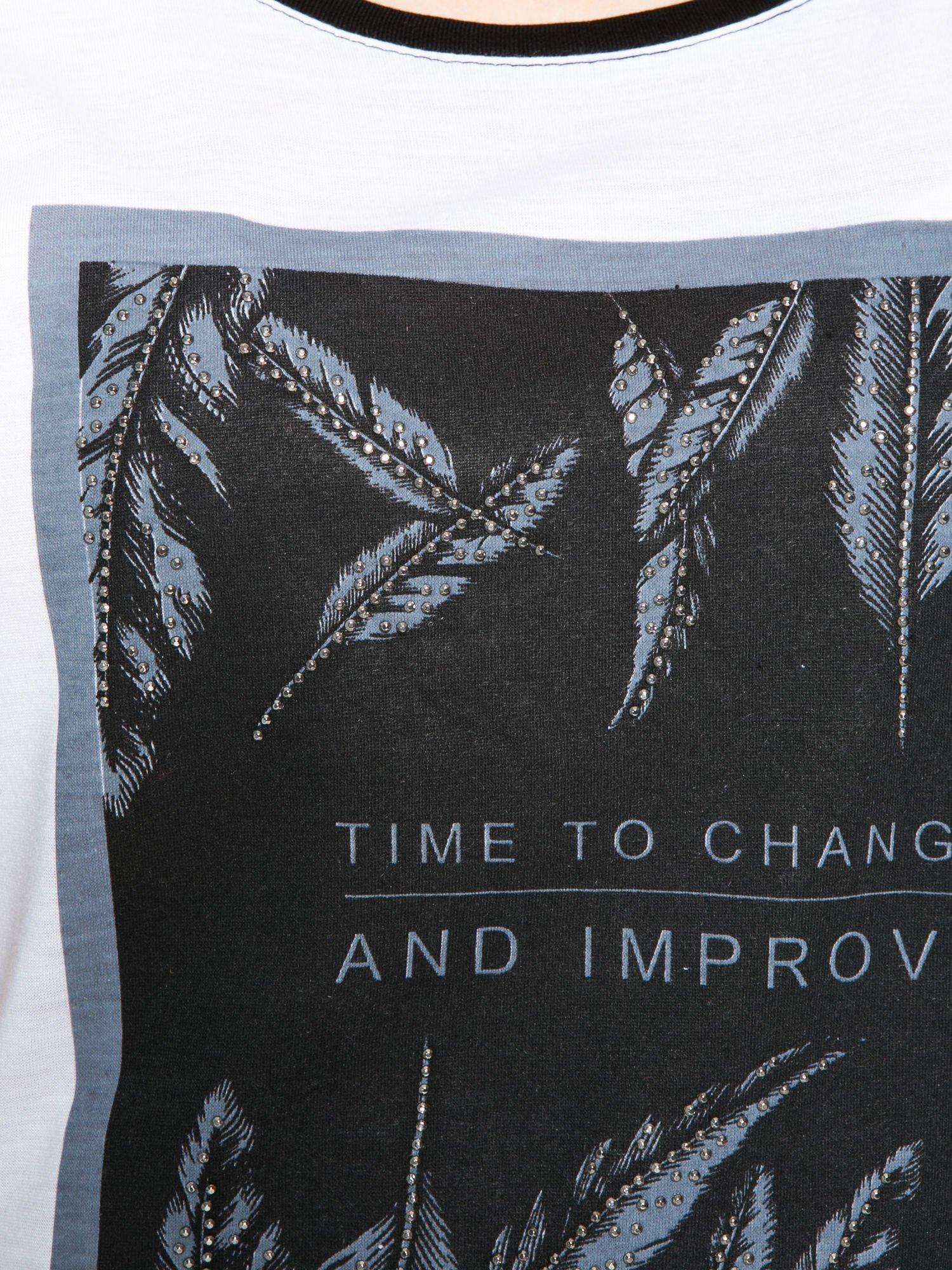 Biało-czarny t-shirt z nadrukiem piórek zdobionych dżetami                                  zdj.                                  8