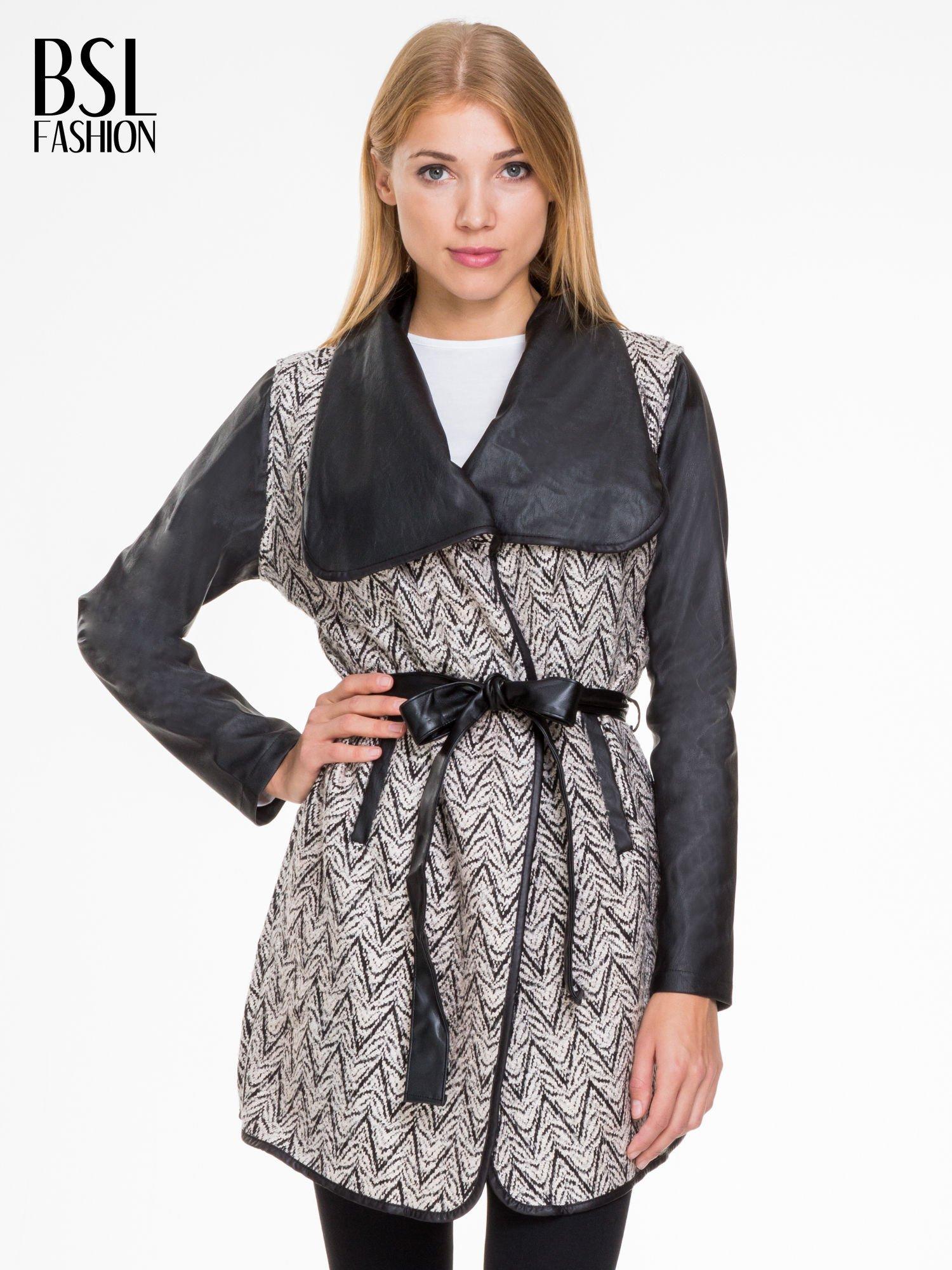 Biało-czarny wzorzysty wełniany płaszcz ze skórzanymi rękawami                                  zdj.                                  1