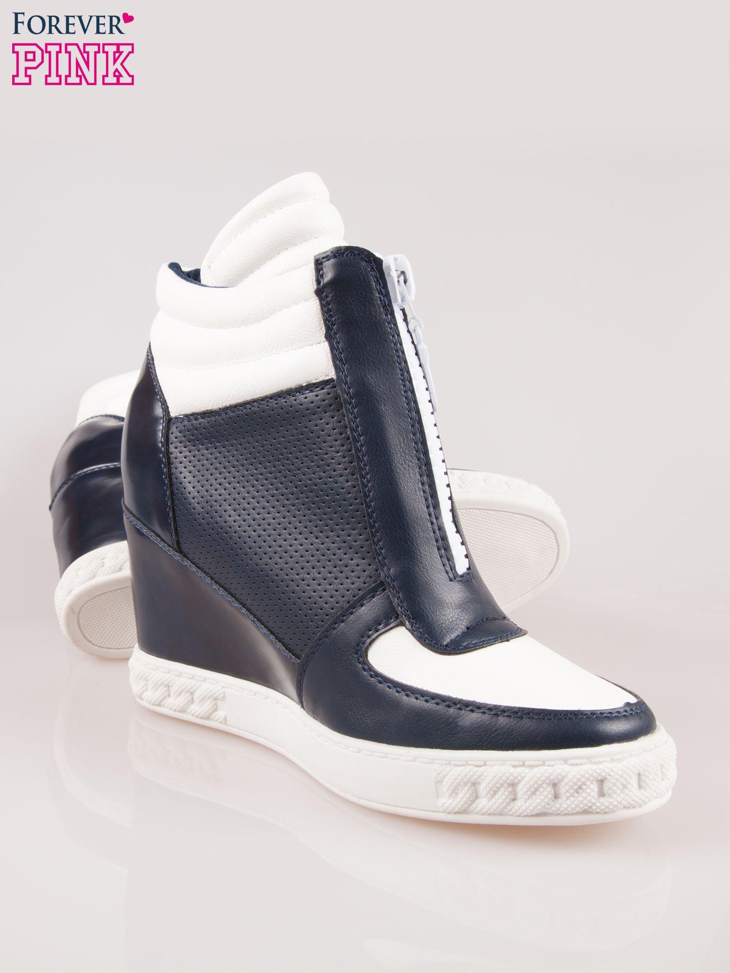Biało-granatowe sneakersy z ażurowym wzorem                                  zdj.                                  4