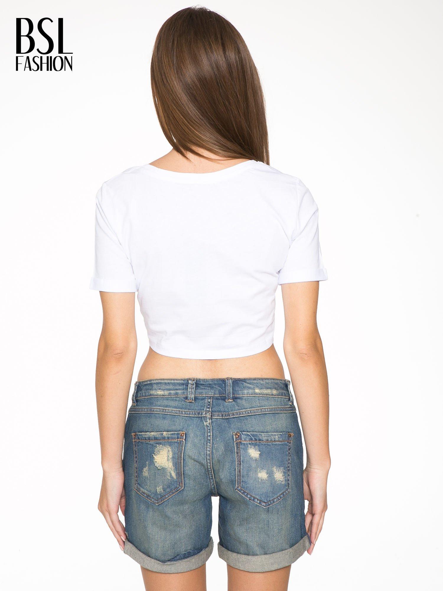 Biały cropped t-shirt ze złotym napisem BOYS                                  zdj.                                  4